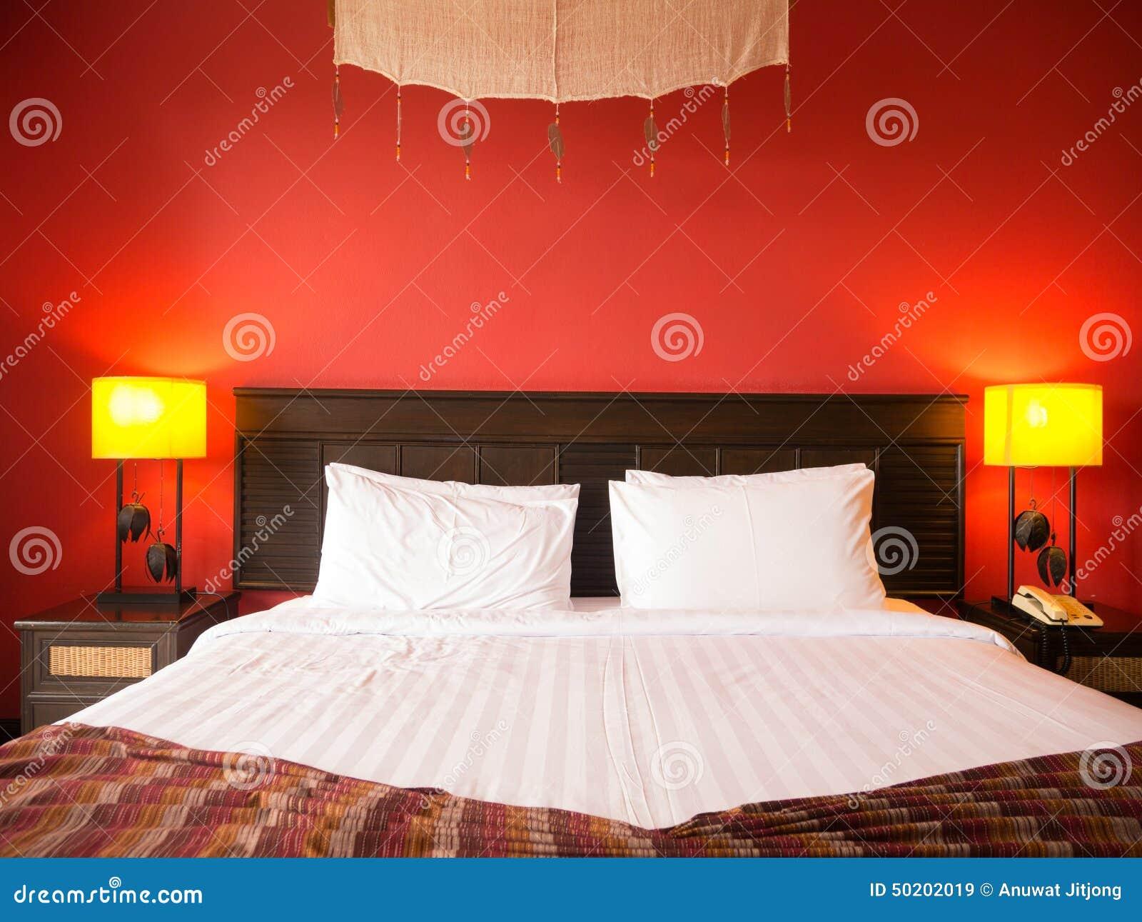 Rode slaapkamer stock foto   afbeelding: 50202019