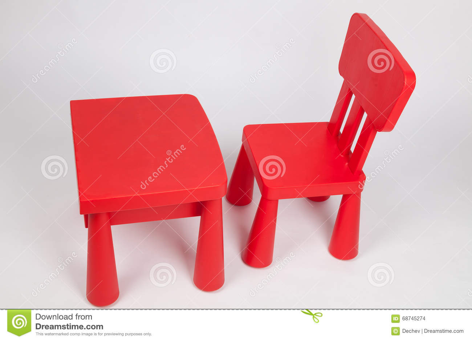 Rode stoel en rode lijst voor kinderen in kleuterschool