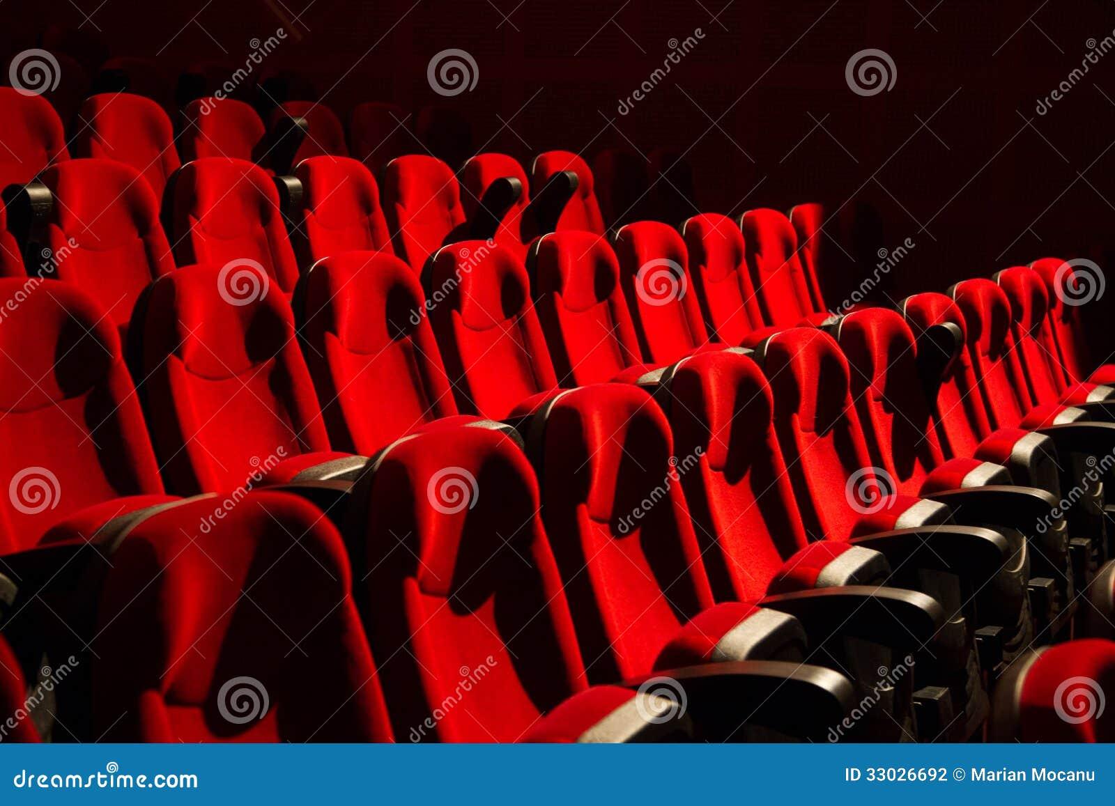Rode stoelen op de lege bioskoop