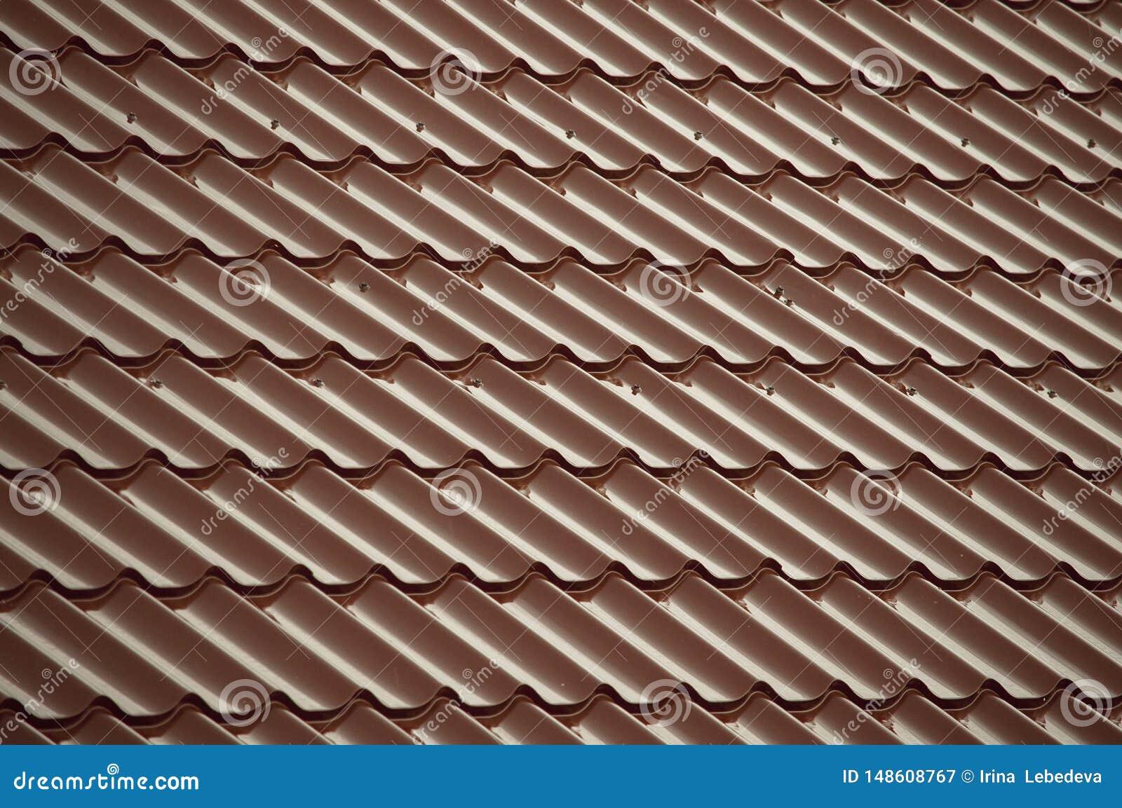 Rode tegels die het dak behandelen