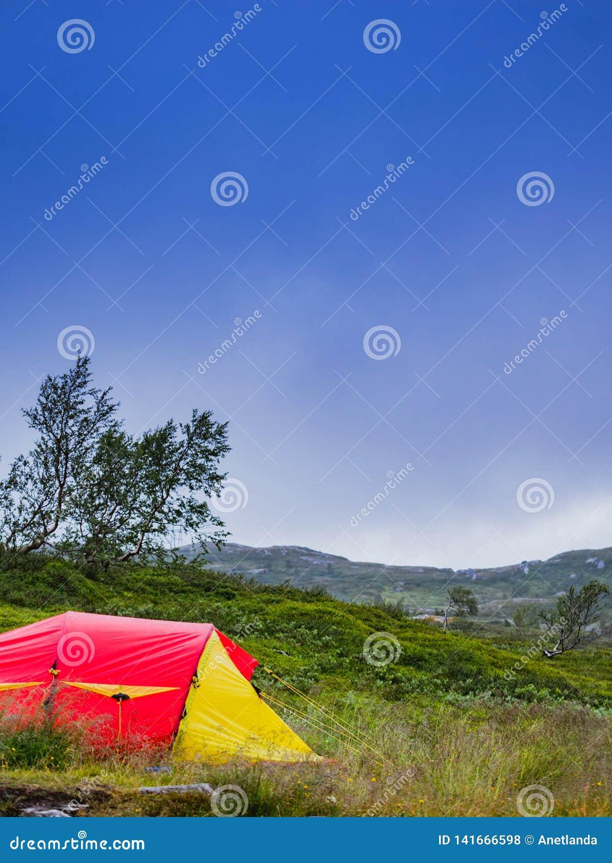 Rode tent op aard camping