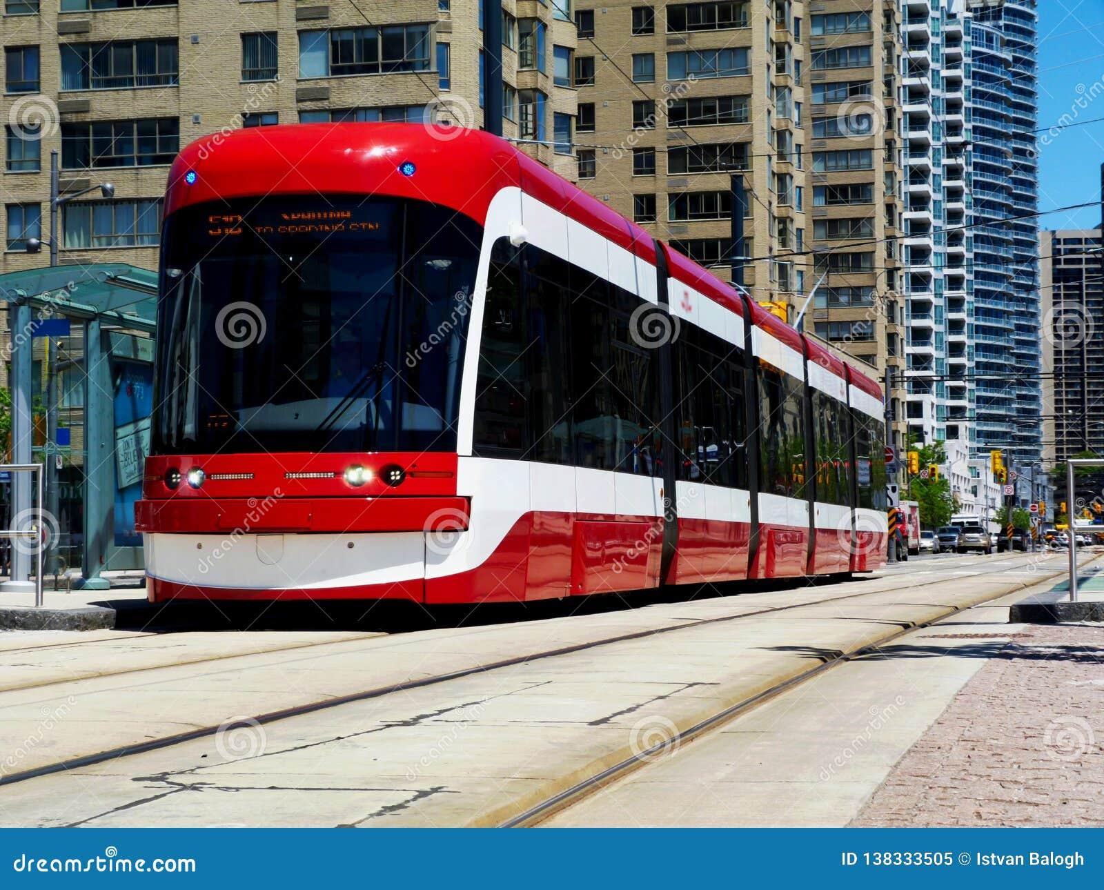 Rode tram in Toronto met concrete flats