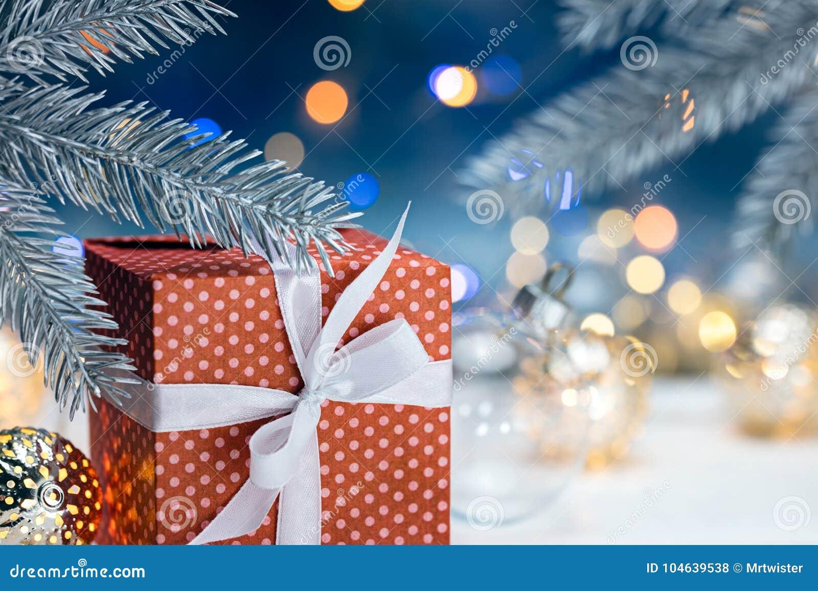 Download Rode Van Giftdoos En Kerstmis Boomtakken Op Vage Slinger Ligh Stock Foto - Afbeelding bestaande uit vakantie, verlichting: 104639538