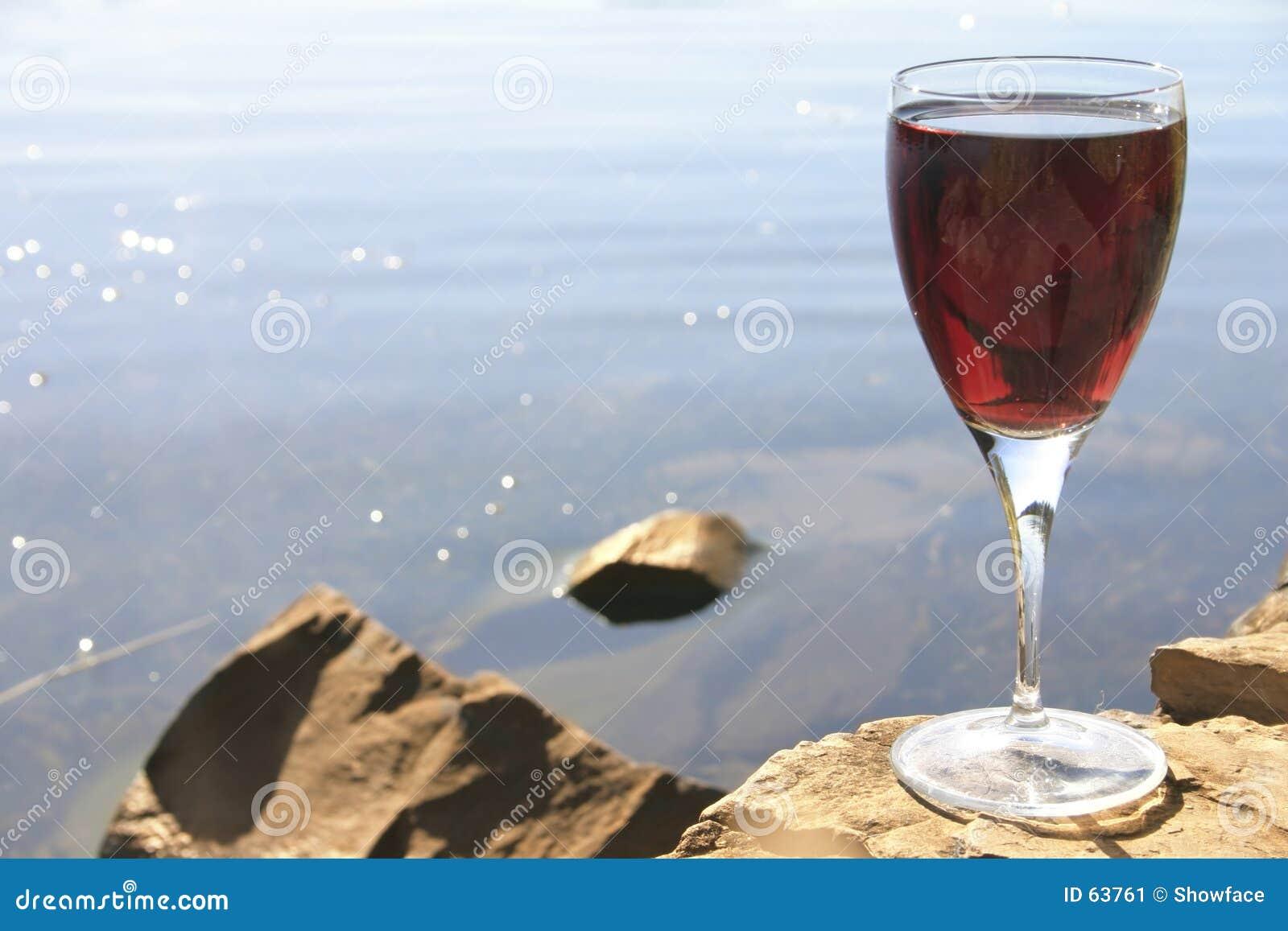 Rode wijn op rotsen