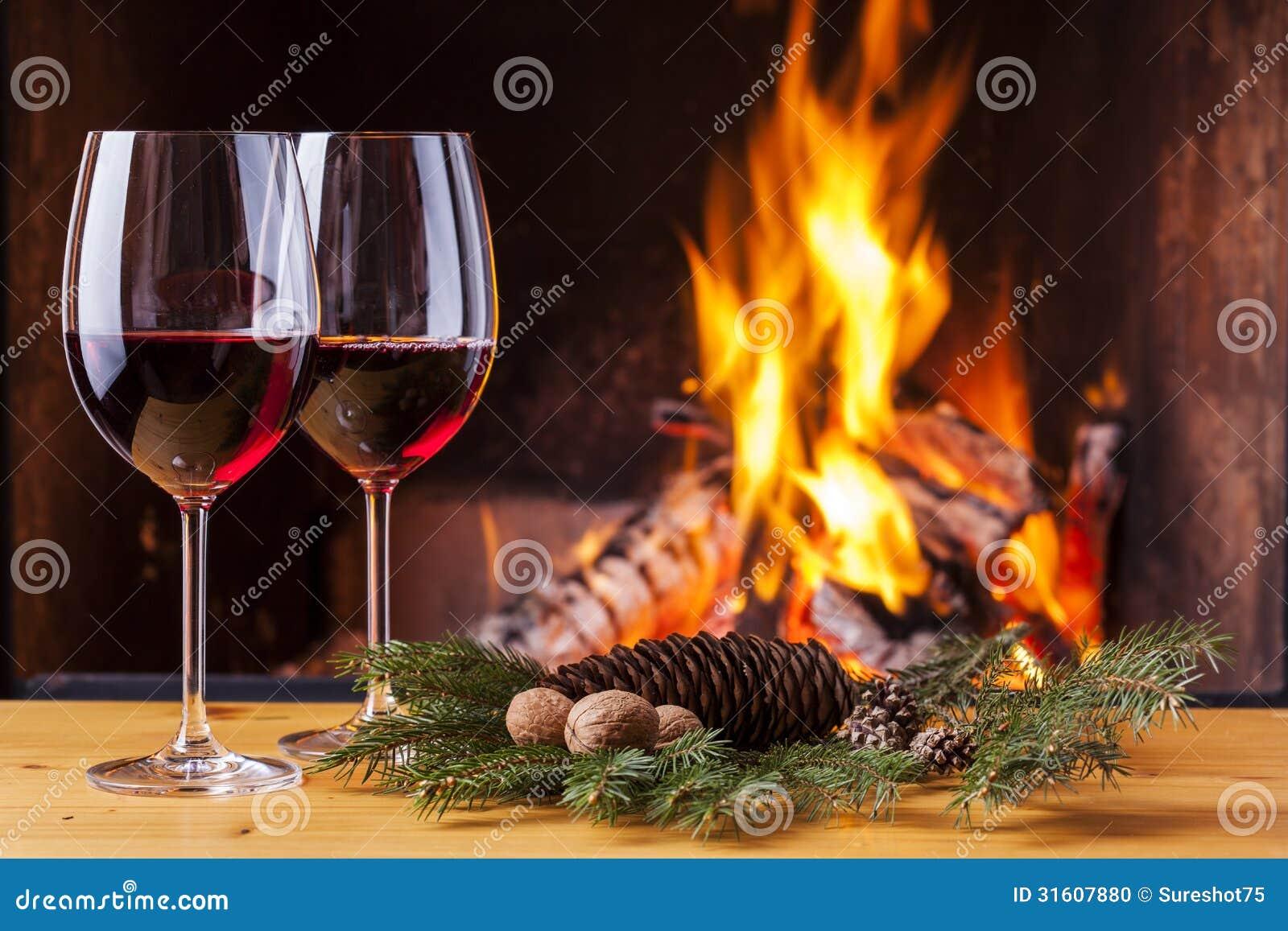 Rode wijn voor twee bij open haard stock foto afbeelding 31607880 - Ch amber voor twee ...