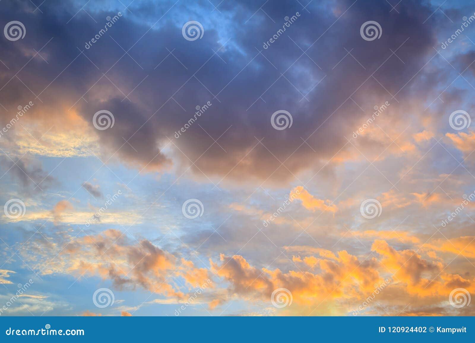 Rode wolk en blauwe hemelachtergrond De dramatische zonsonderganghemel begon van blauw in sinaasappel te veranderen