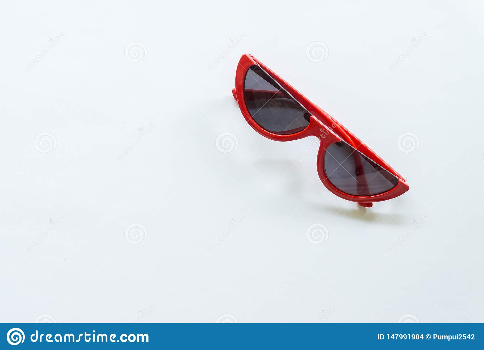 Rode zonnebril op witte achtergrond