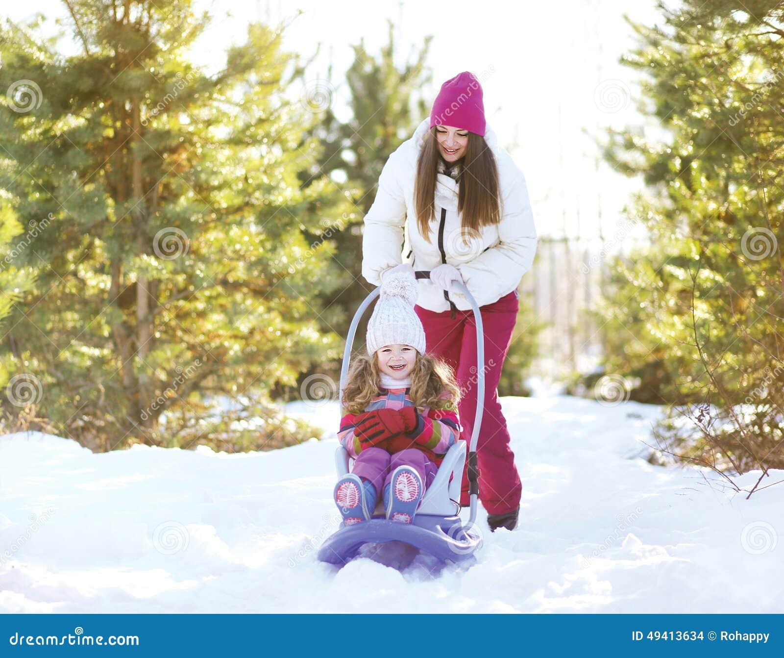 Download Rodelndes Kind Der Mutter Im Sonnigen Winter Stockfoto - Bild von muttergesellschaft, mamma: 49413634