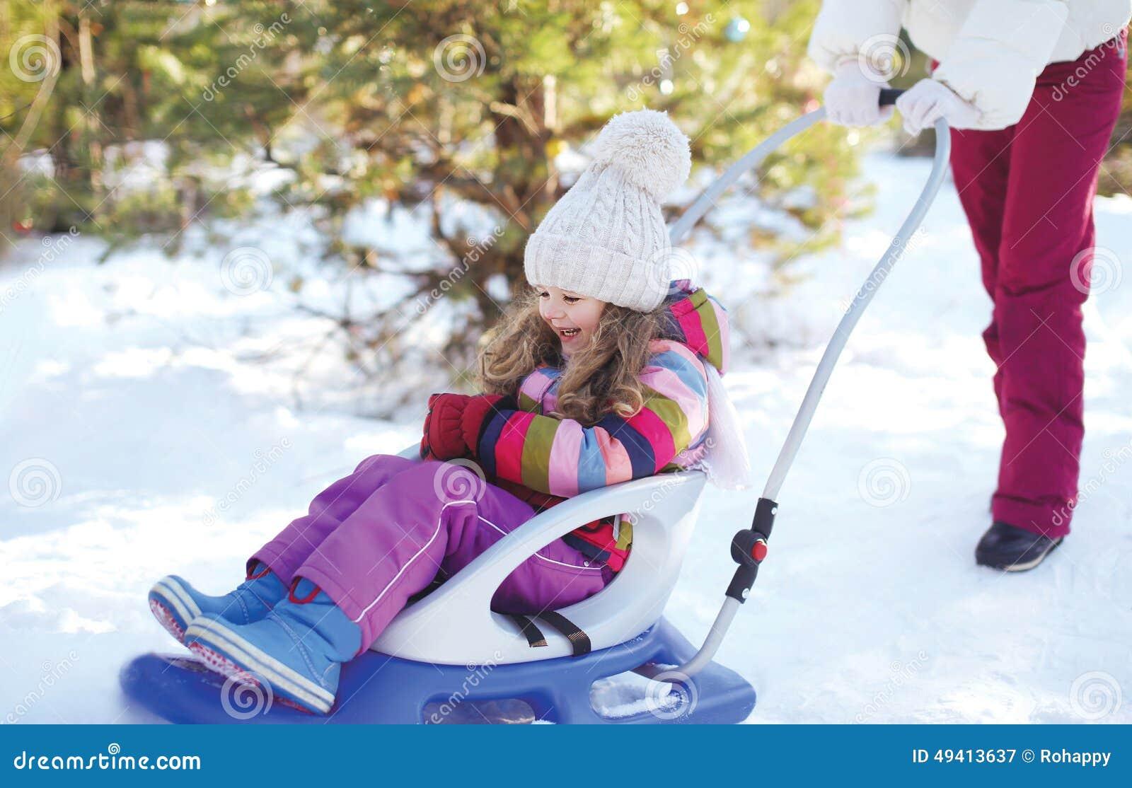 Download Rodelndes Kind Der Mutter Im Winter Stockbild - Bild von zicklein, mutter: 49413637