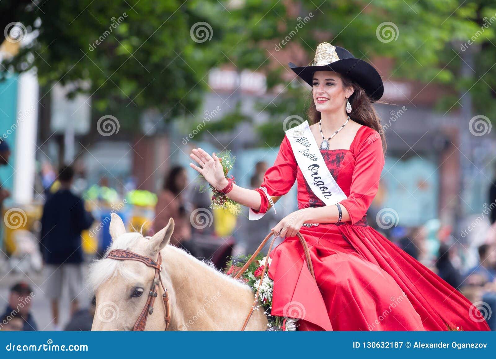Rodeo de Srta. Oregon en el caballo