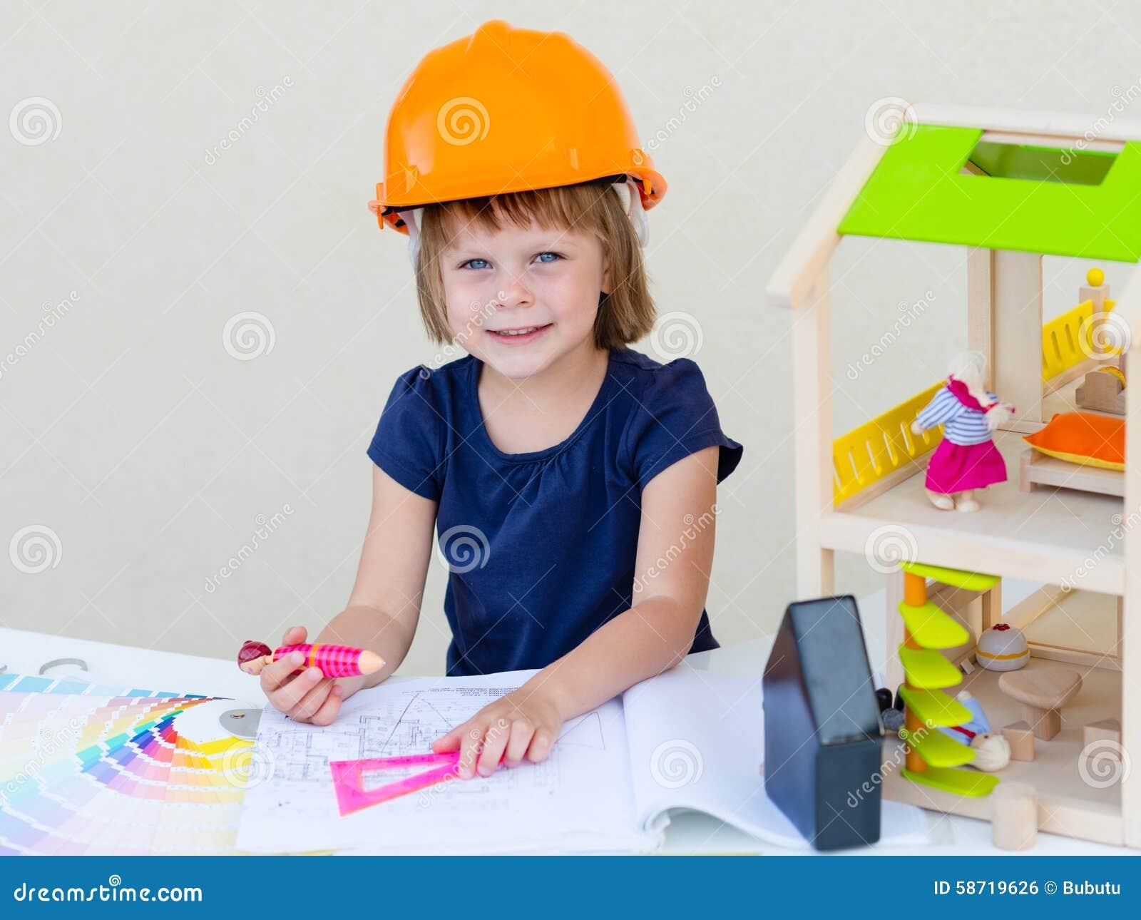 Rodillo de pintura con las muestras de la pintura Casa bajo construcción