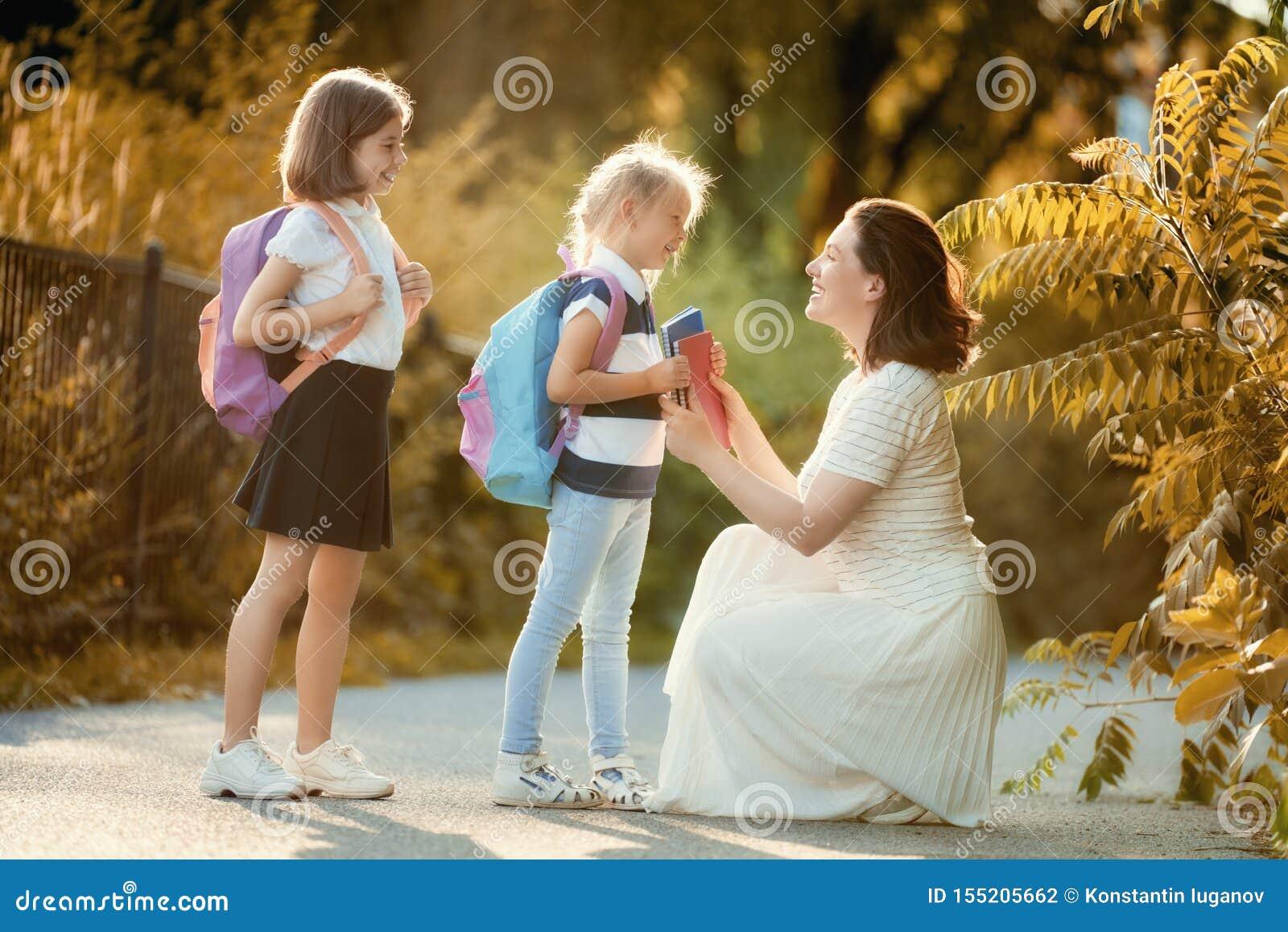 Rodzic i ucznie iść szkoła