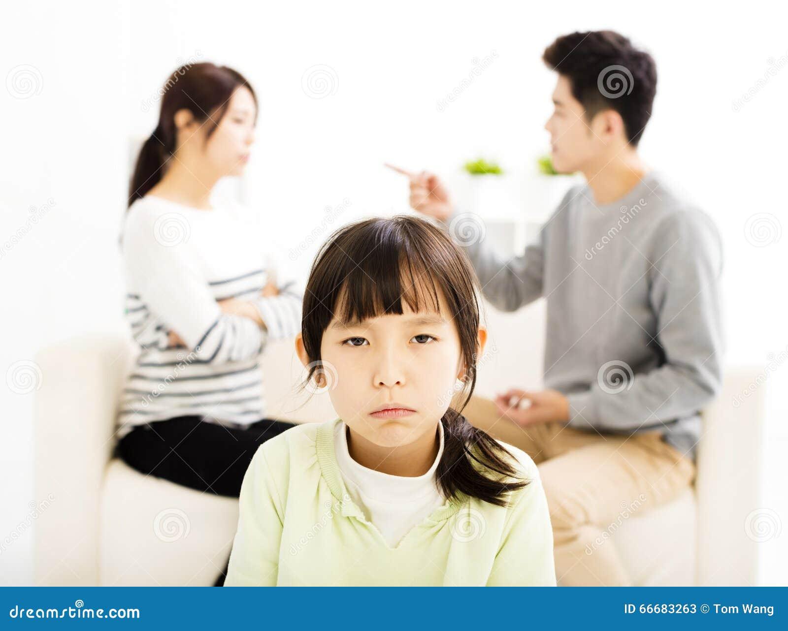 Rodzic mała dziewczynka i