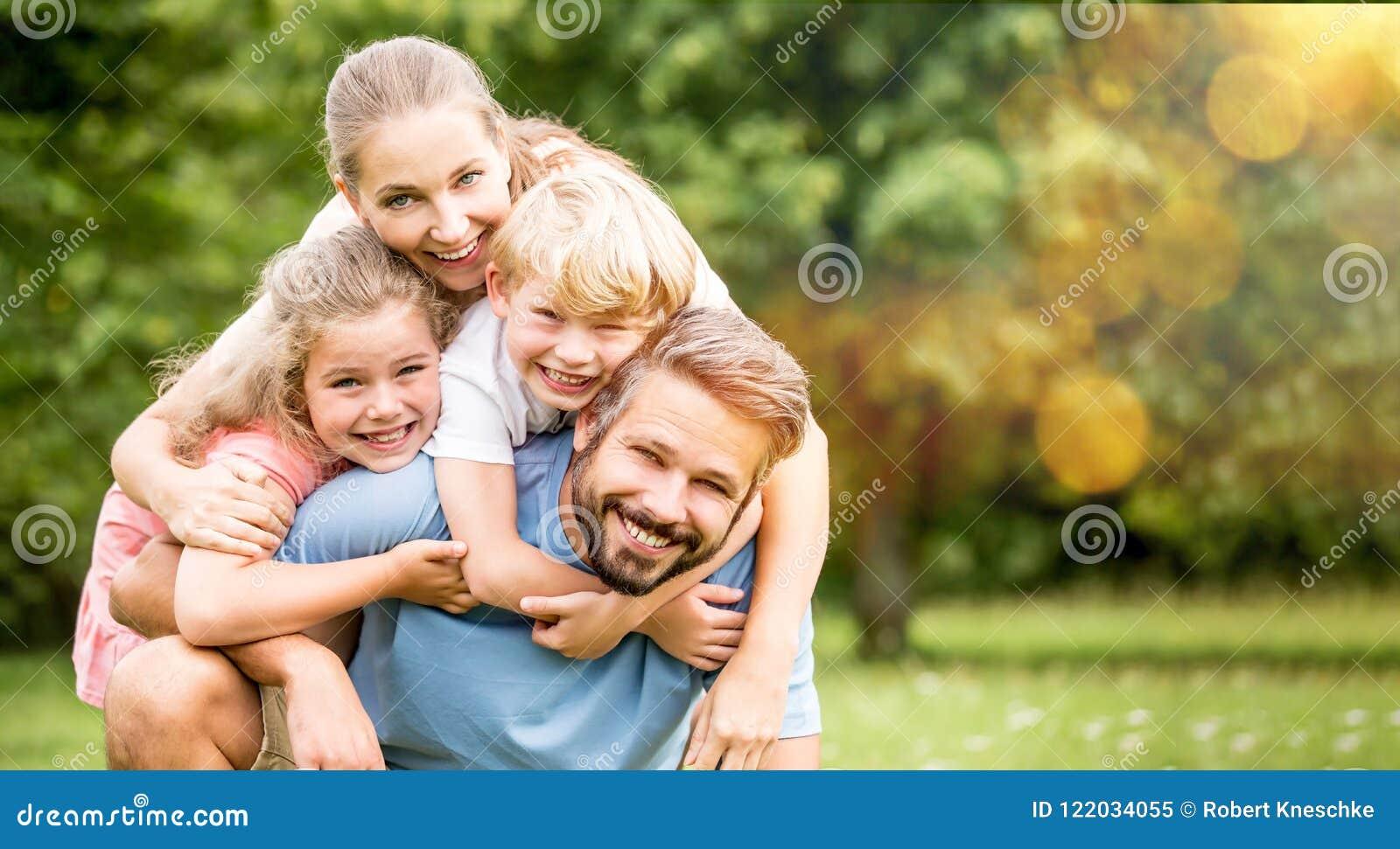 Rodzice i dzieci jako szczęśliwa rodzina