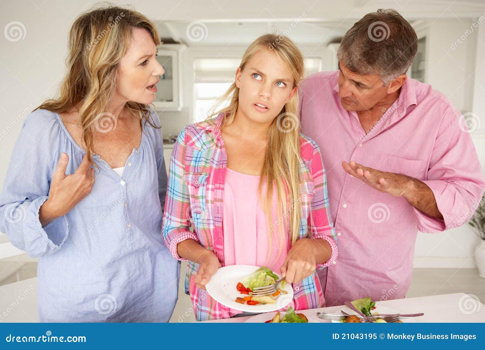 Rodzice robią nastoletniej córki robią obowiązki domowe