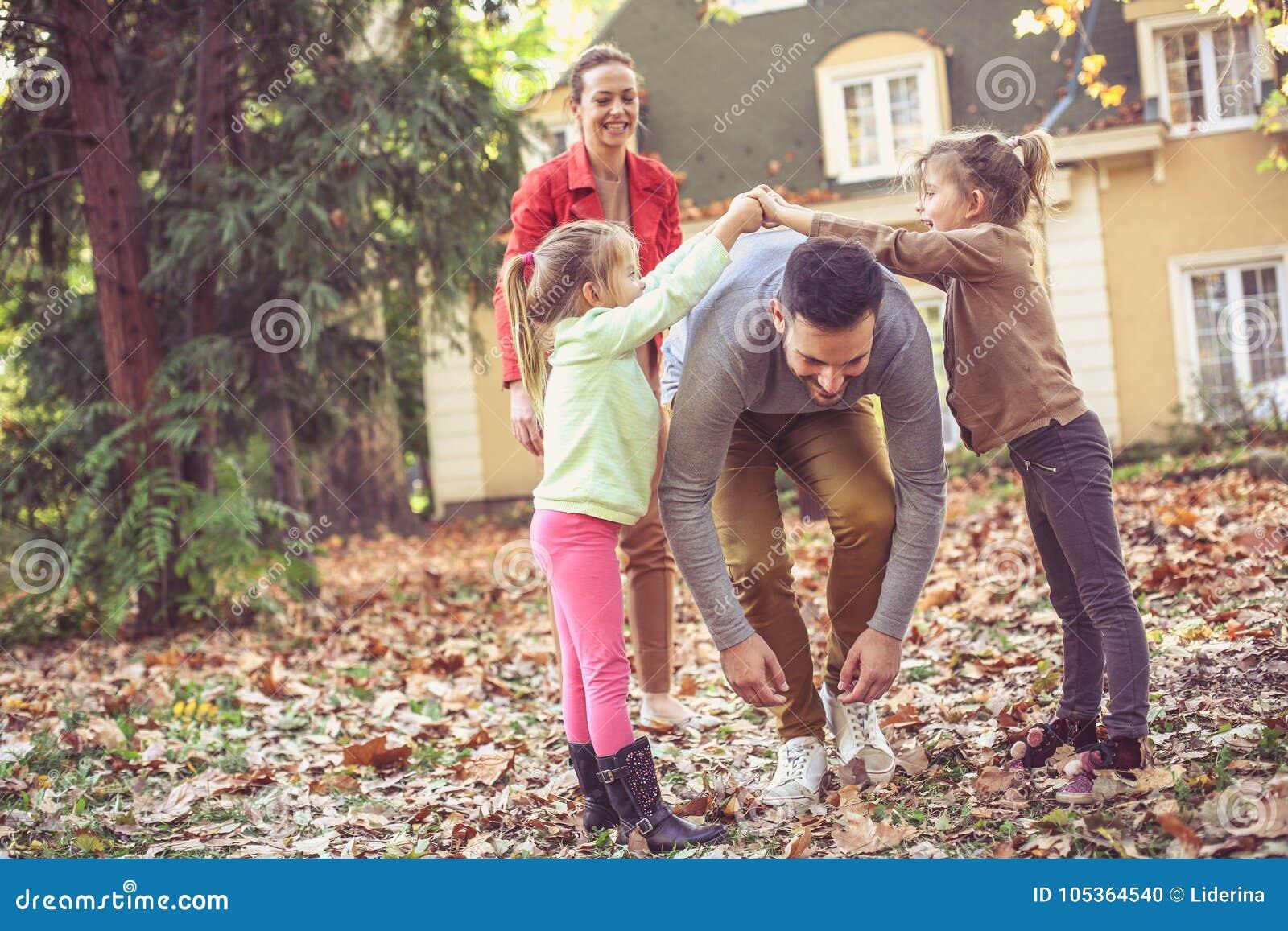 Rodzice sztukę z dziećmi Ojca odprowadzenie pod ręką