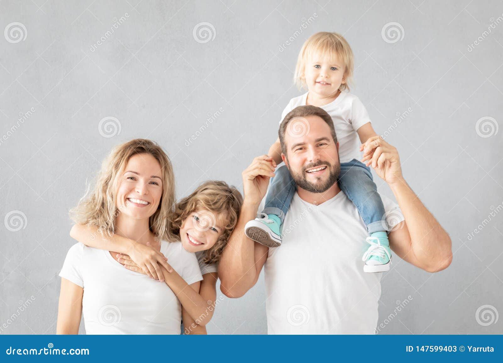 Rodzice z dziećmi ma zabawę w domu