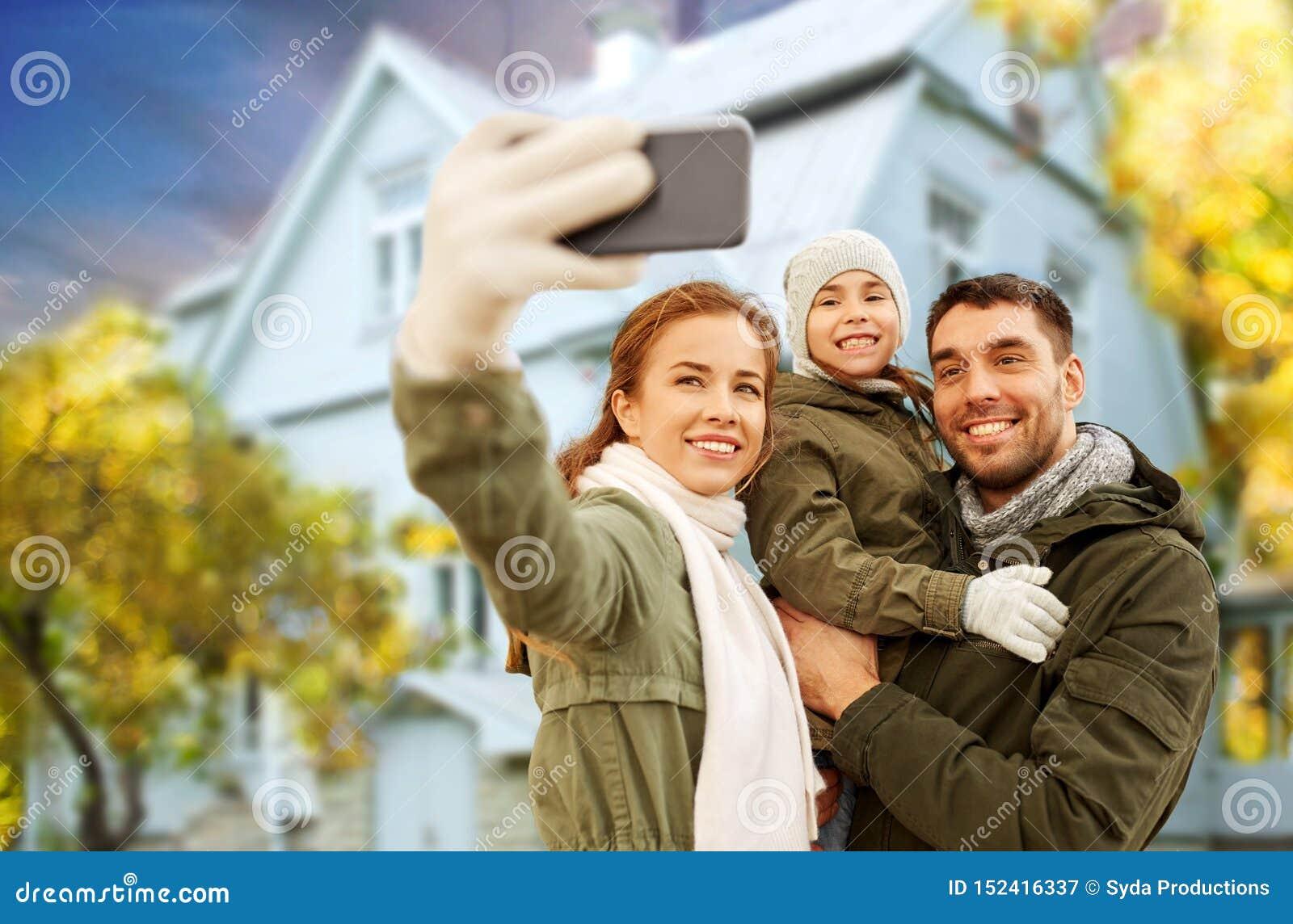 Rodzina bierze selfie nad domem w jesieni