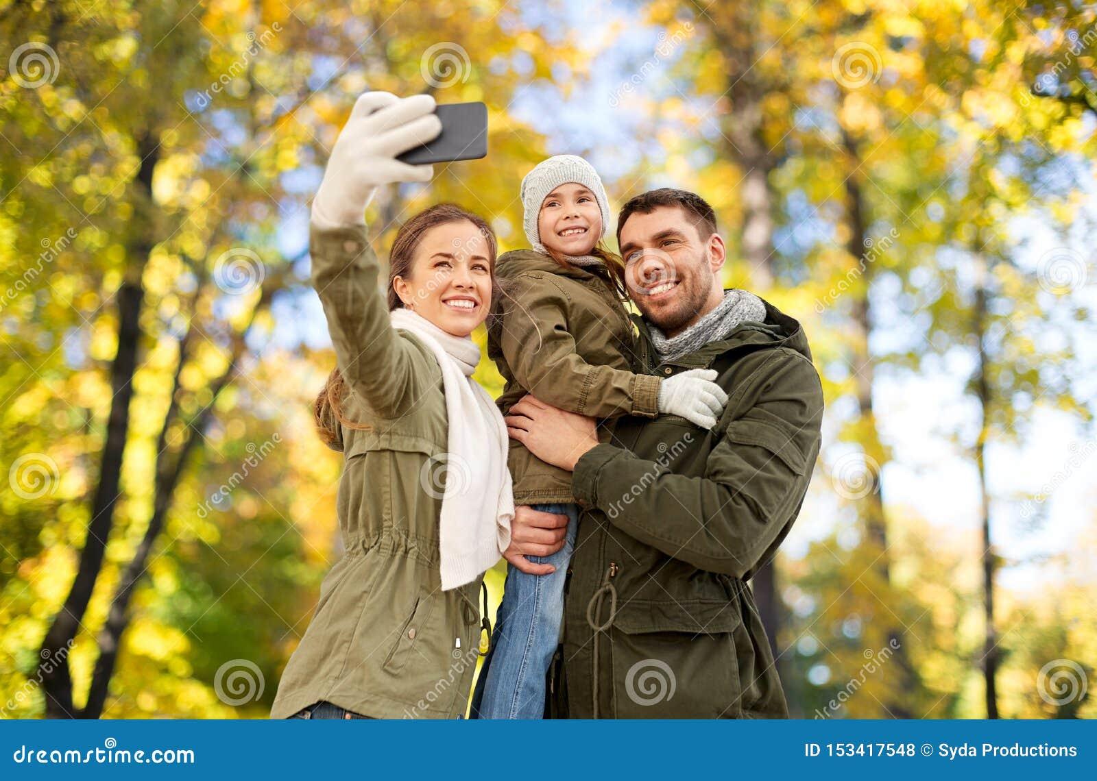 Rodzina bierze selfie smartphone w jesie? parku