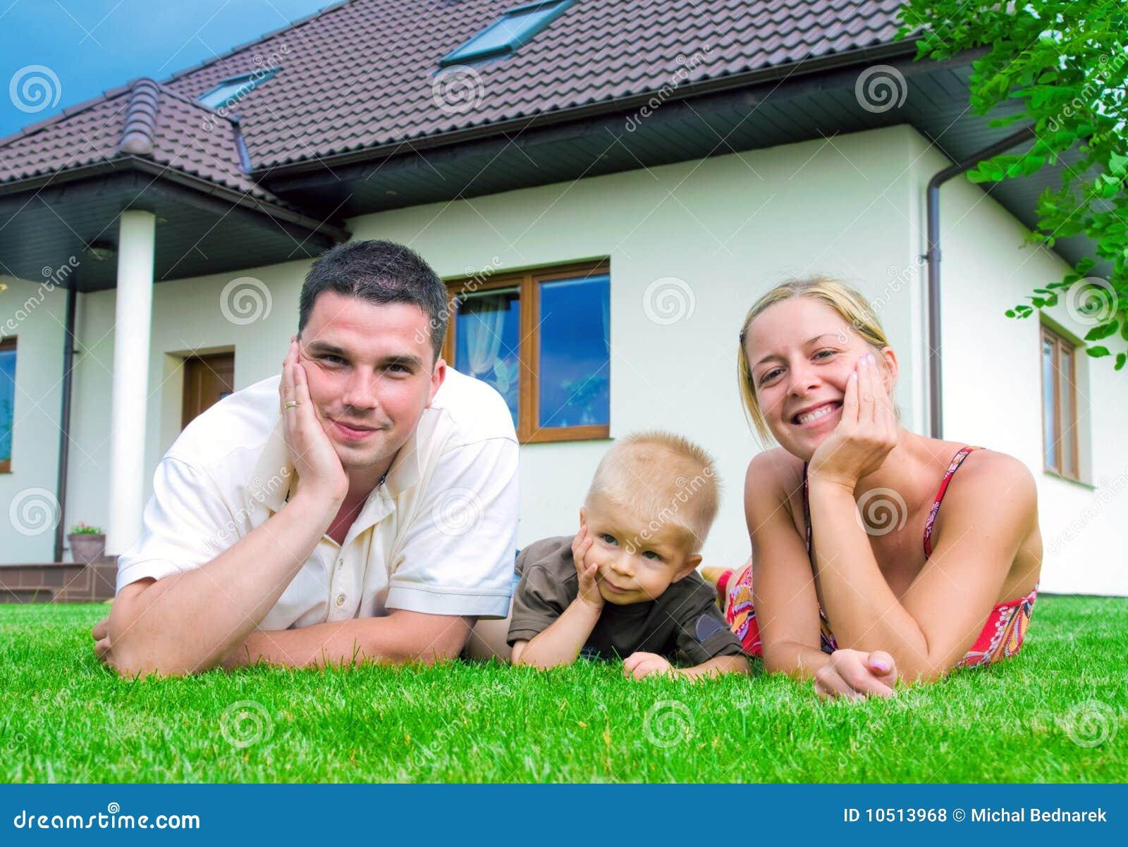 Rodzina dom frontowy szczęśliwy