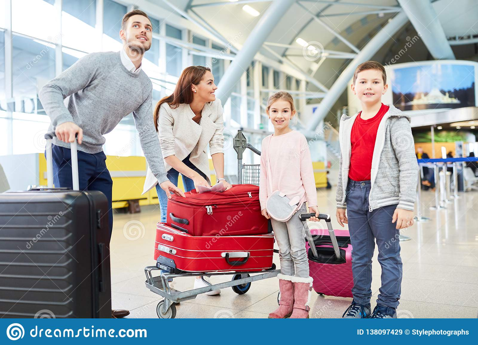Rodzina i dwa dziecka z bagażem w śmiertelnie