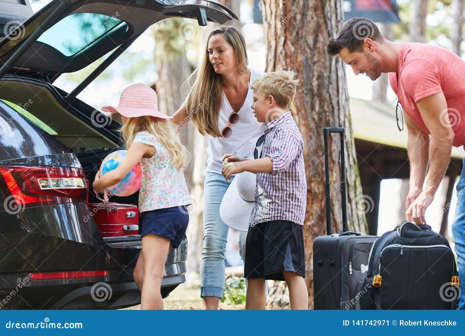 Rodzina i dziecko ładowny samochód dla podróży