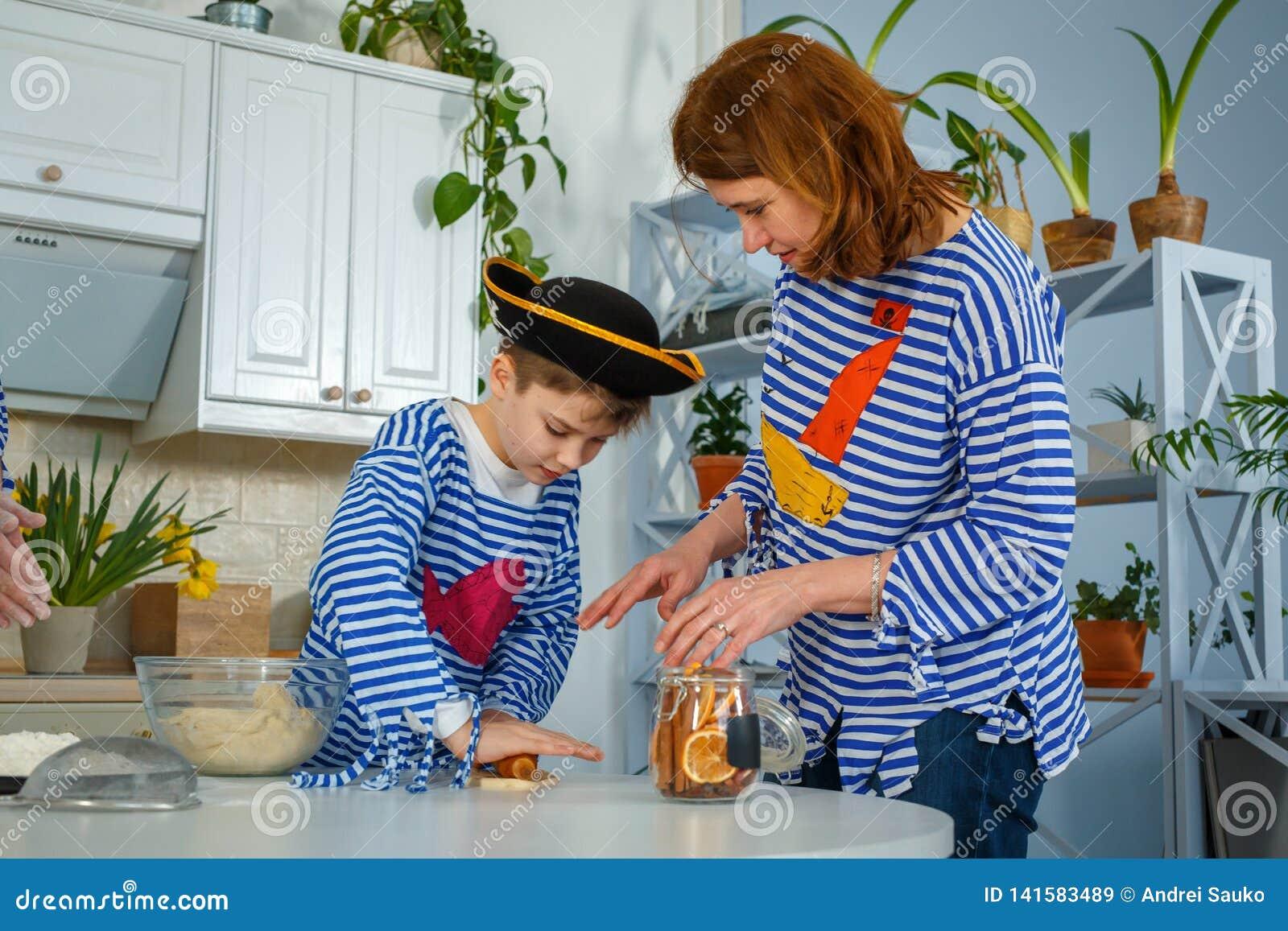 Rodzina kucharzi wpólnie Mąż, żona i ich dzieci w kuchni, Rodzina ugniata ciasto z mąką