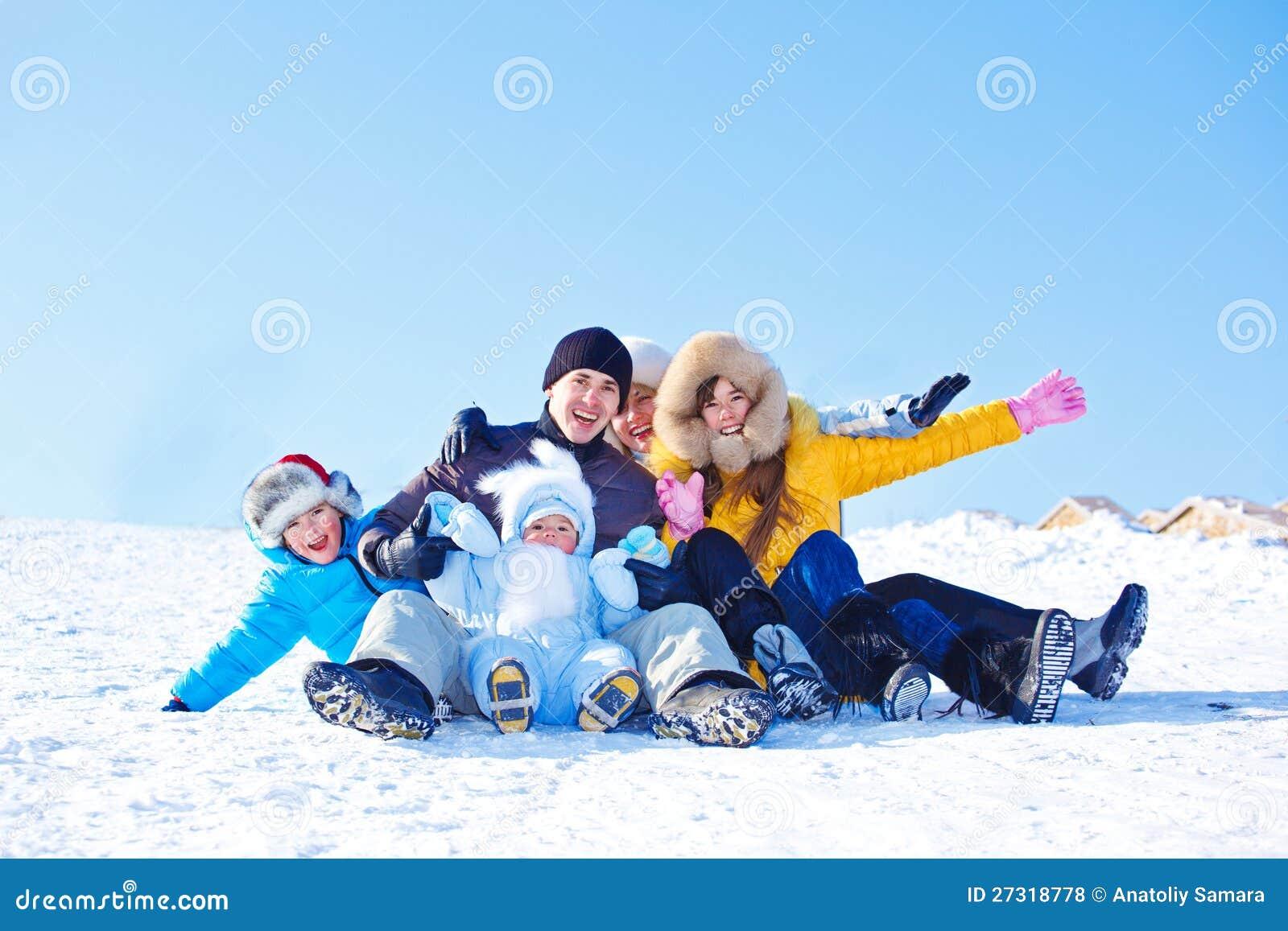 Rodzina na śnieżnym wzgórzu
