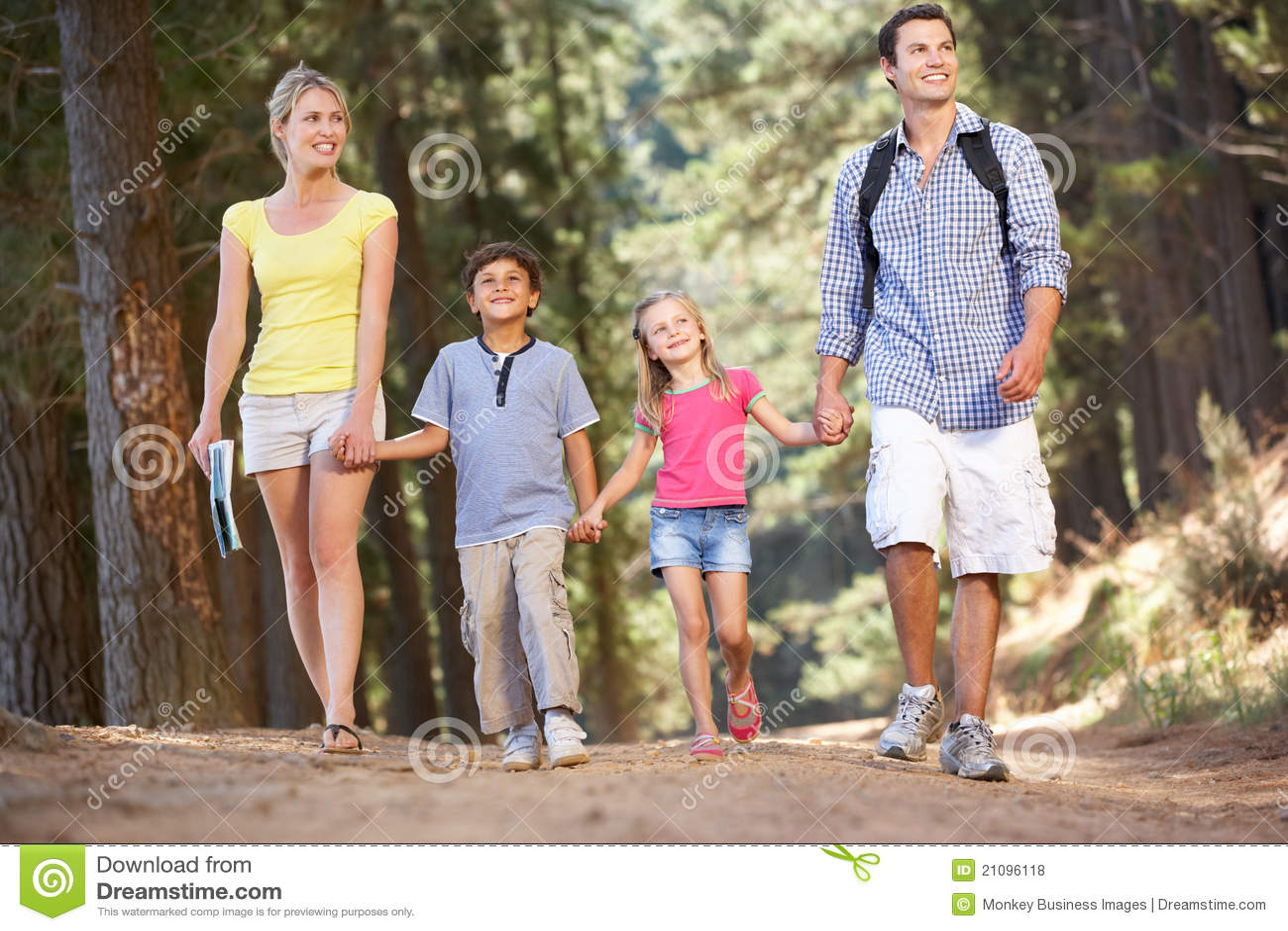 Rodzina na kraju spacerze