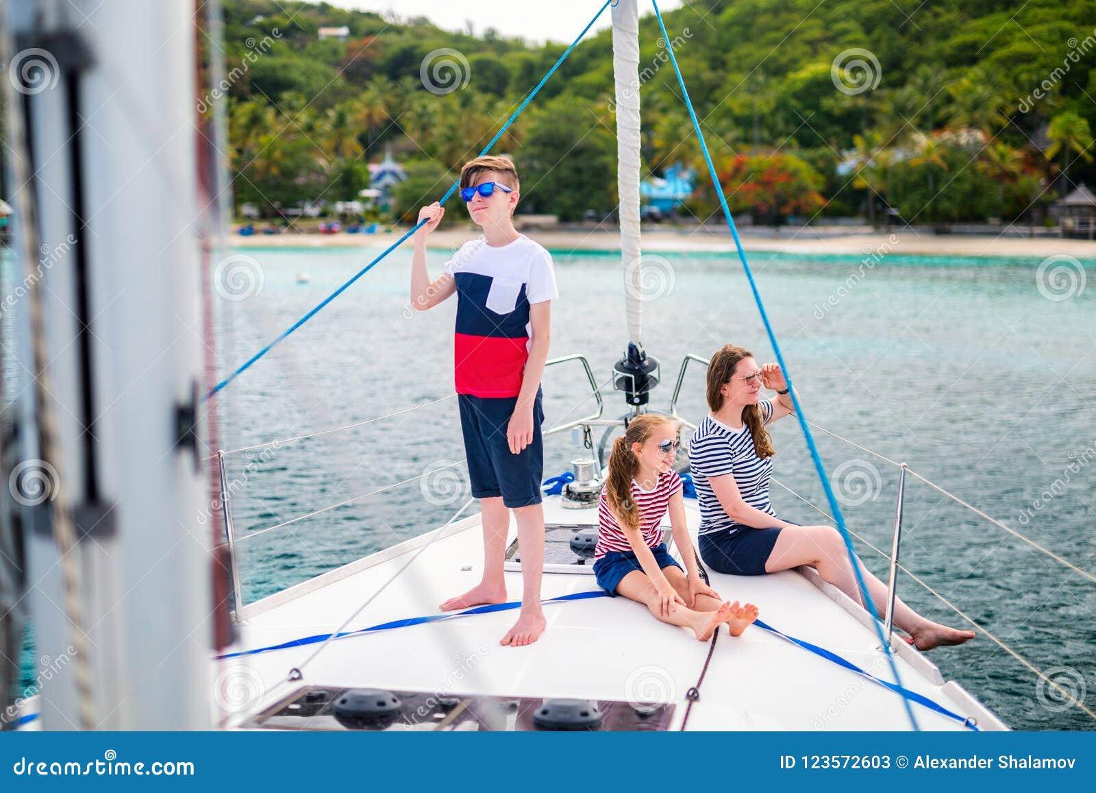 Rodzina na pokładzie żeglowanie jachtu
