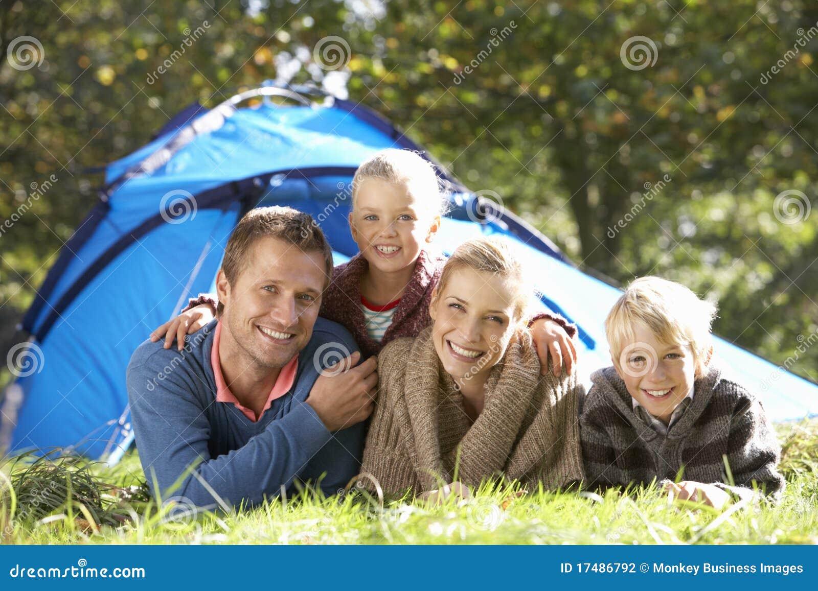 Rodzina na zewnątrz poz namiotu potomstw