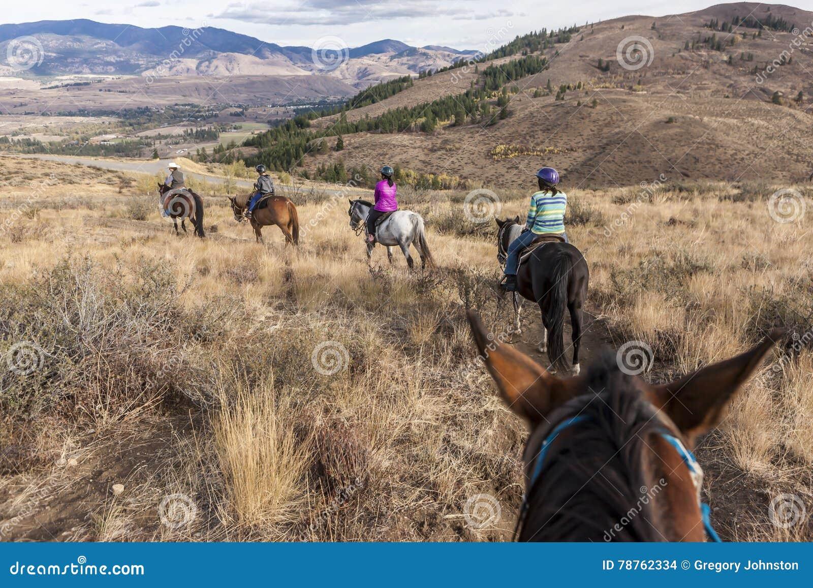 Rodzina out dla horseback przejażdżki