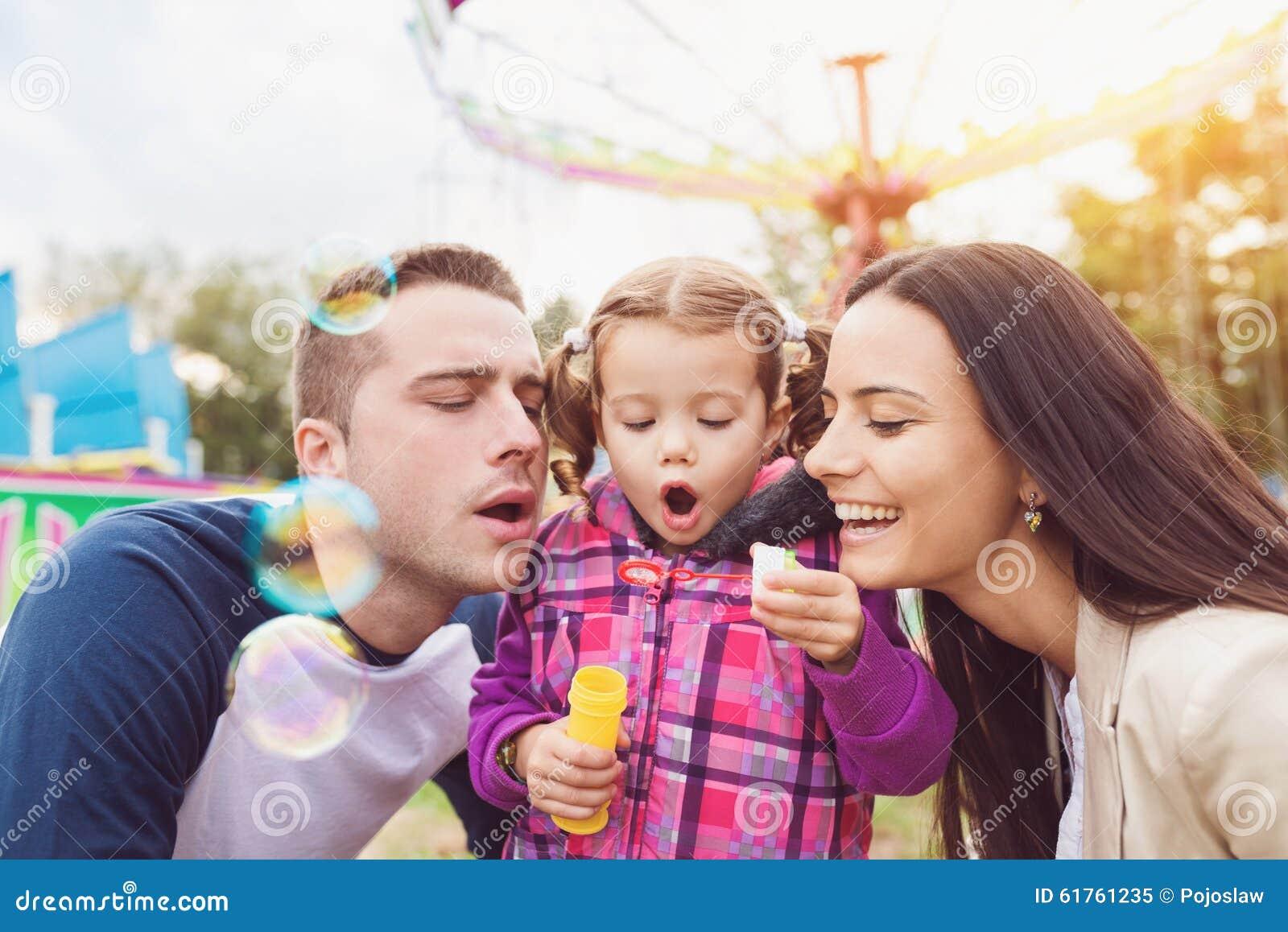 Rodzina przy zabawa jarmarkiem