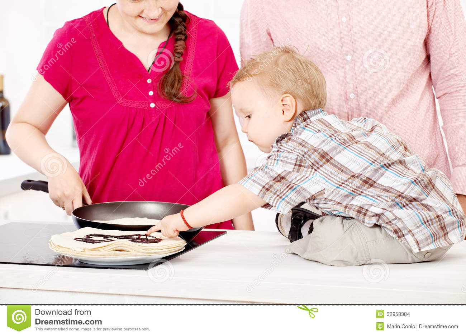 Rodzina robi blinom w kuchni
