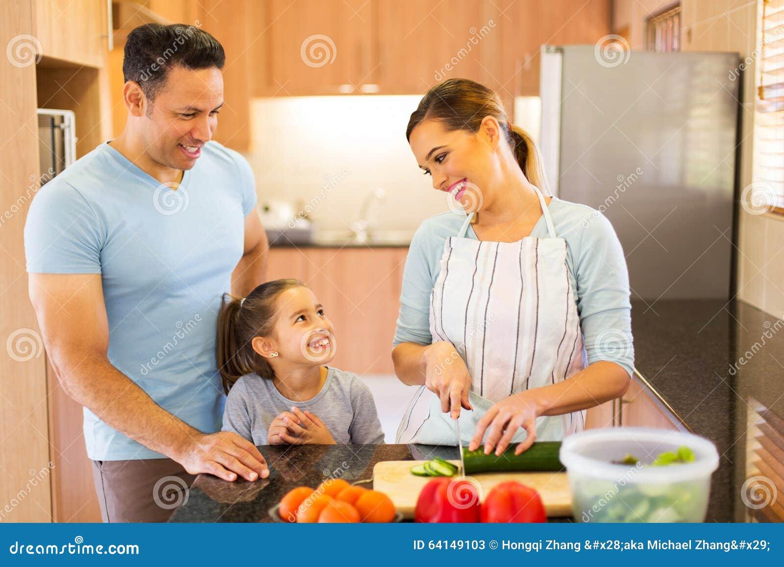 Rodzina robi sałatki