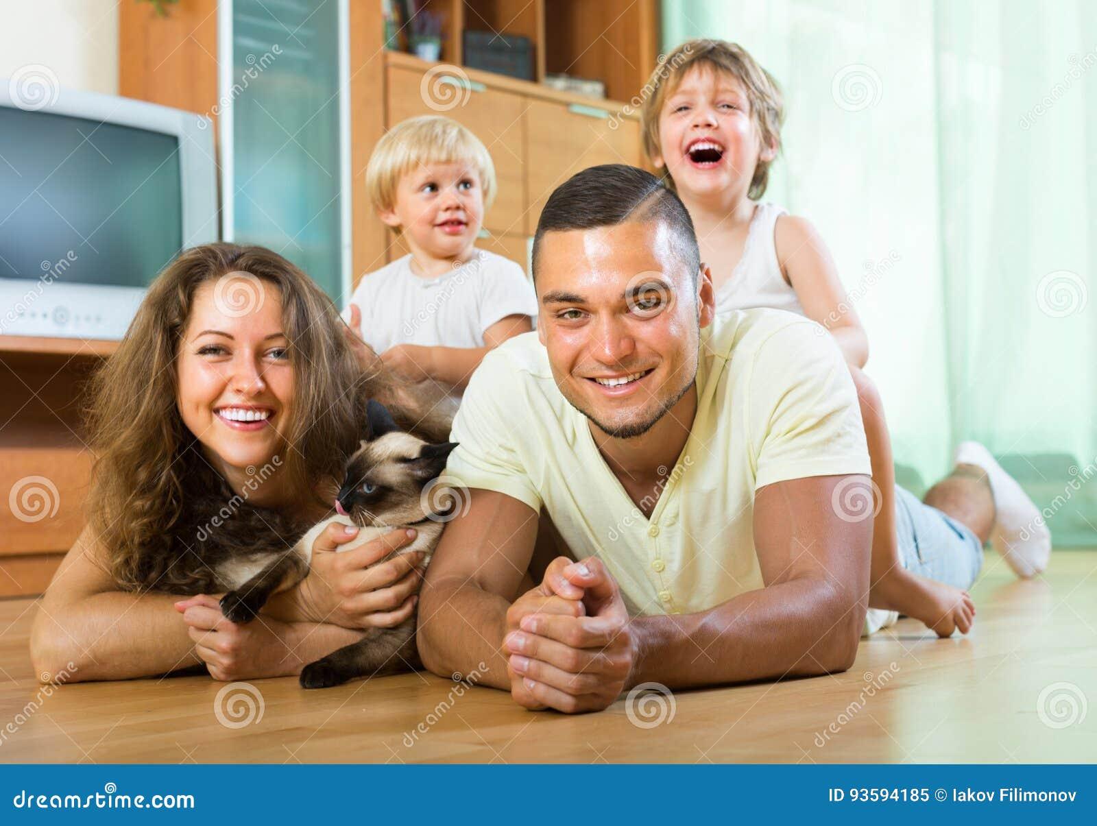 Rodzina składająca się z czterech osób bawić się z figlarką