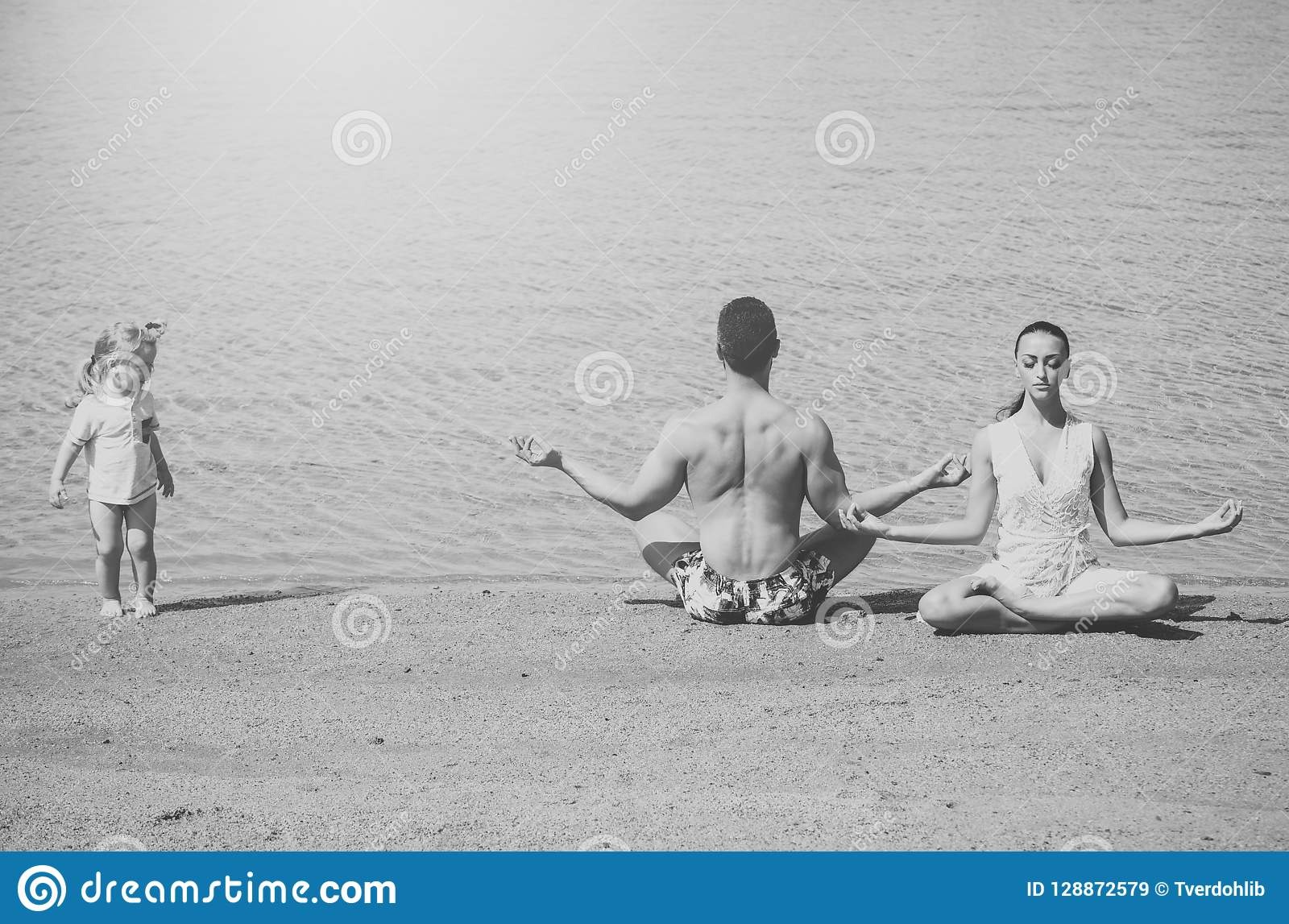 Rodzina szczęśliwy dziecko, mężczyzna i kobieta medytuje, joga poza