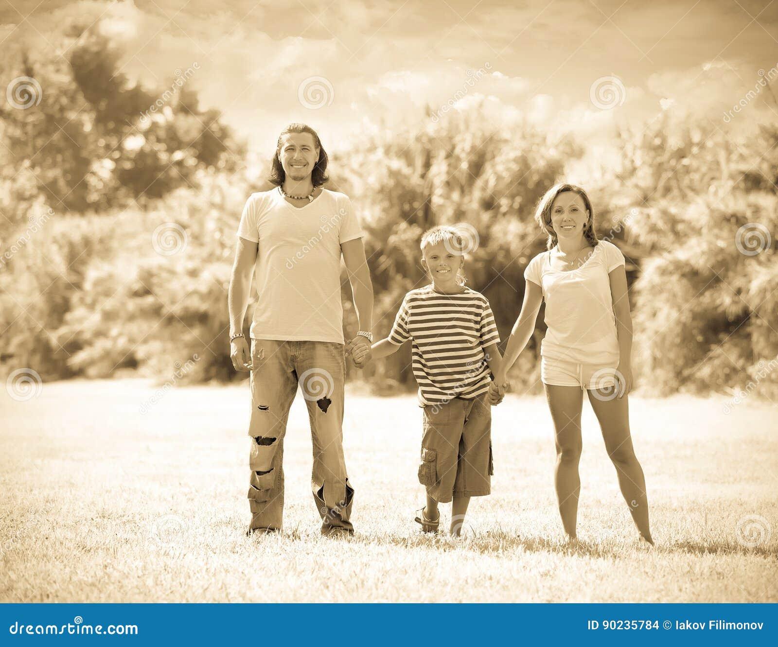 Rodzina trzy w pogodnym parku