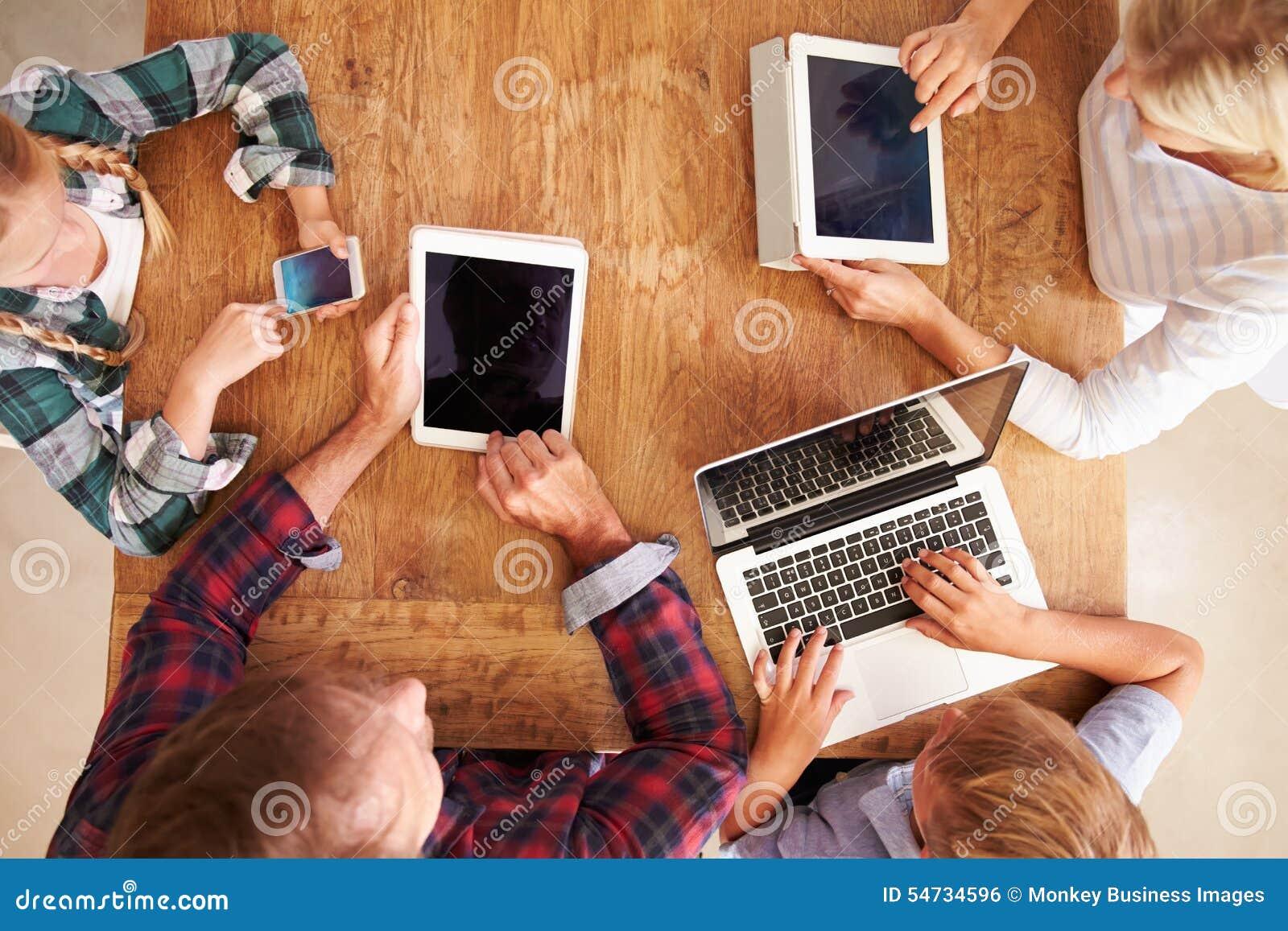 Rodzina używa nową technologię, zasięrzutny widok