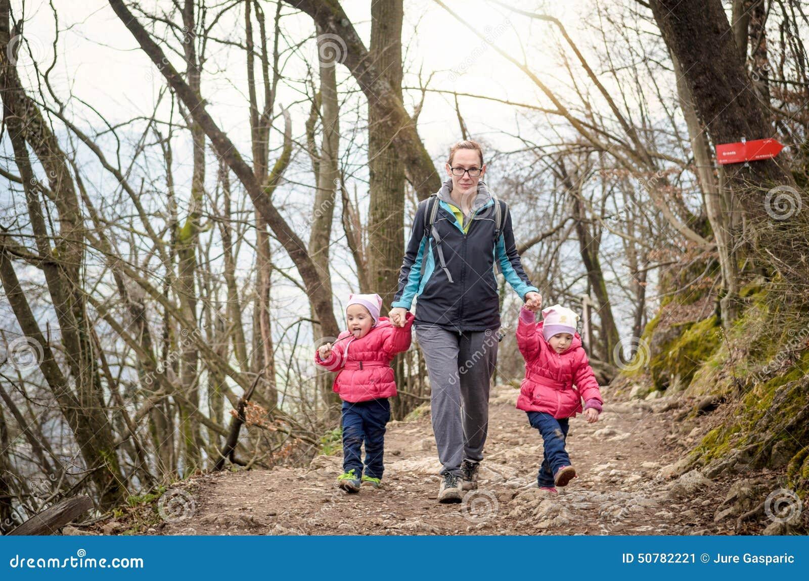 Rodzina wycieczkuje w górach Rodzinny odtwarzanie