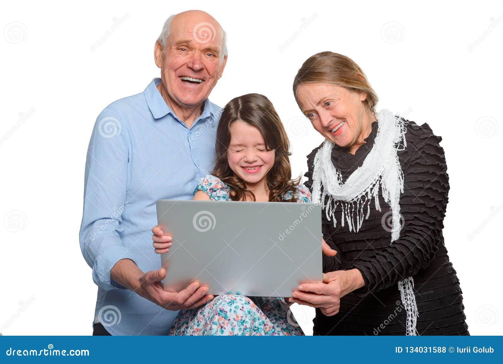 Rodzina wydaje czas z zabawą