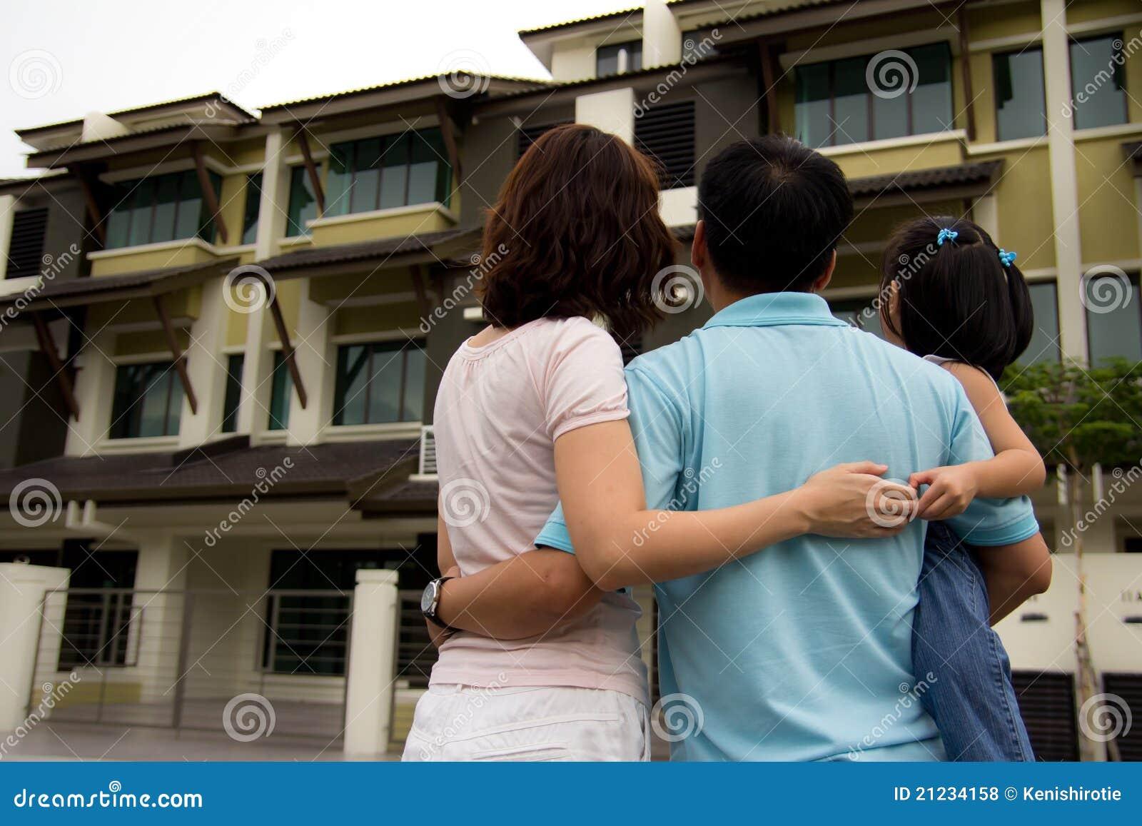 f97f7fdce67fb Rodzina wymarzony dom zdjęcie stock. Obraz złożonej z dzieci - 21234158