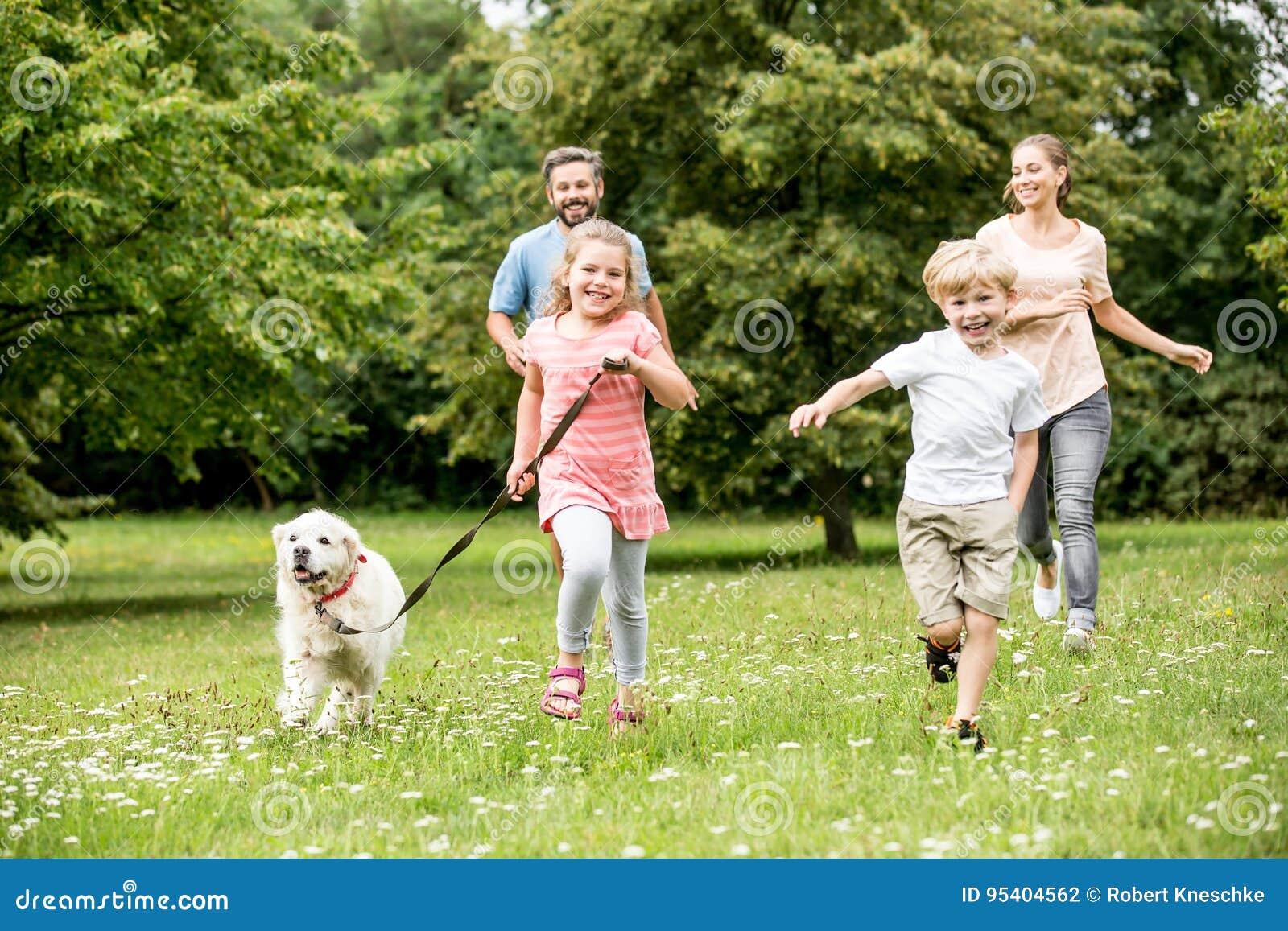 Rodzina z dwa psami i dziećmi