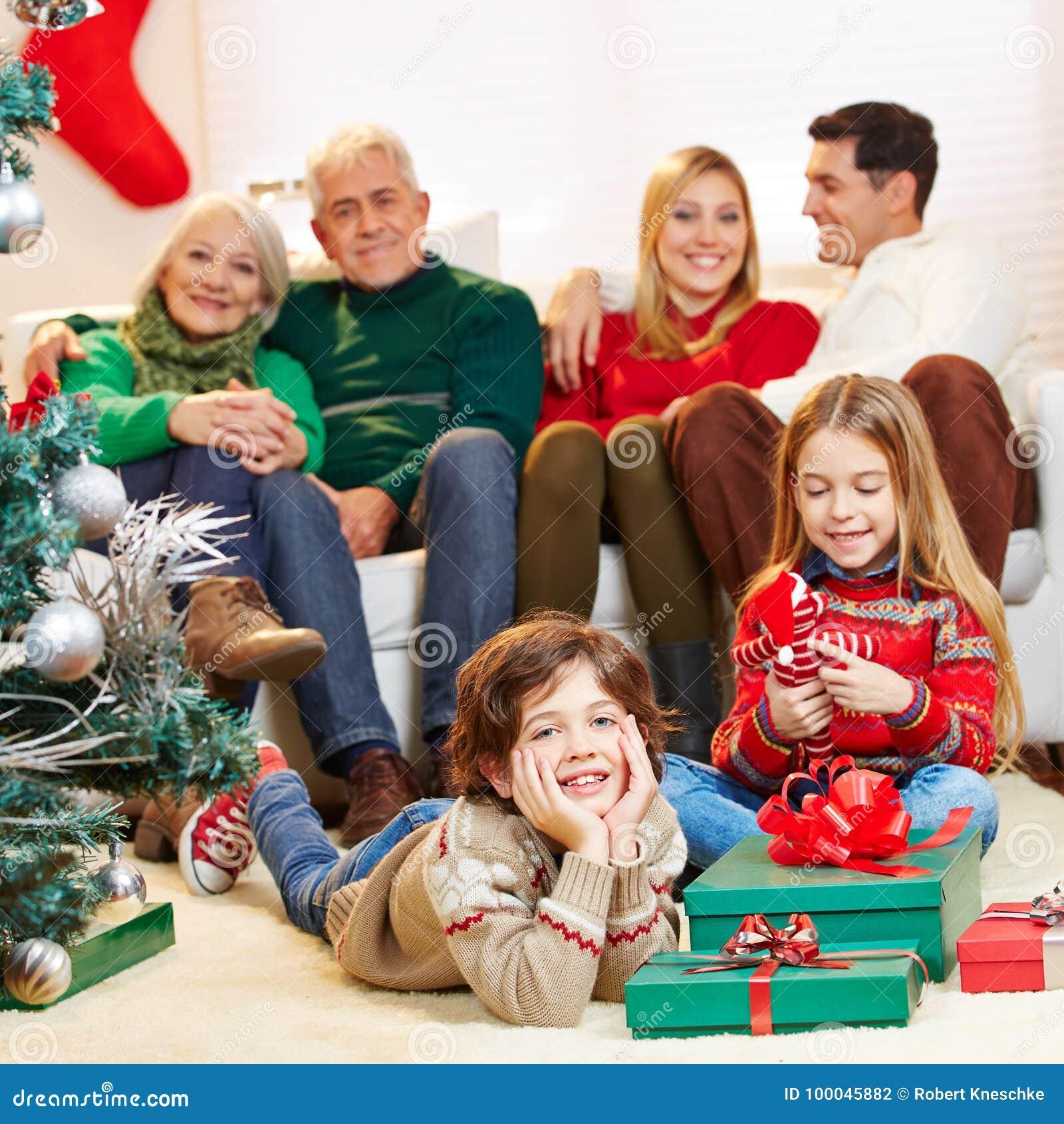 Rodzina z dziećmi i dziadkami przy bożymi narodzeniami