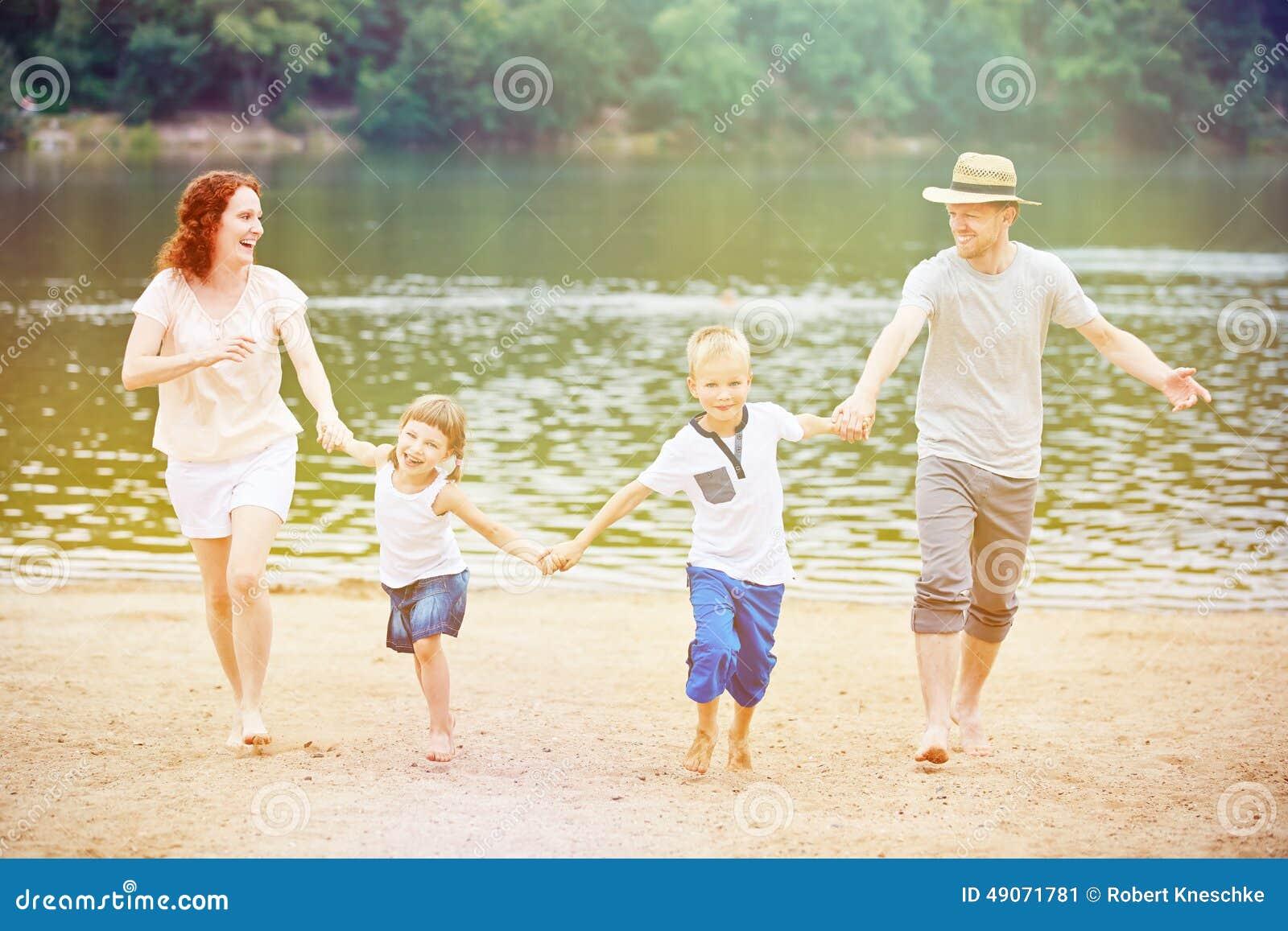 Rodzina z dziećmi ma wakacje przy jeziorem