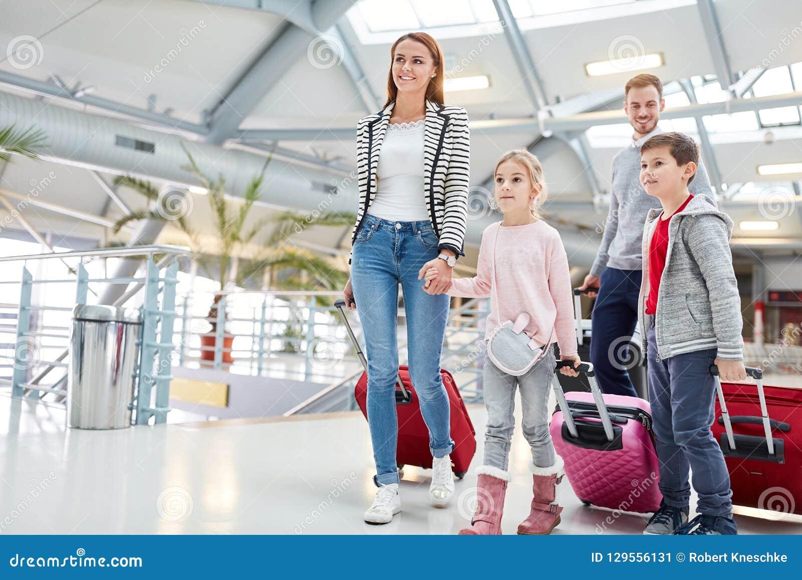 Rodzina z dziećmi na sposobie złączony lot