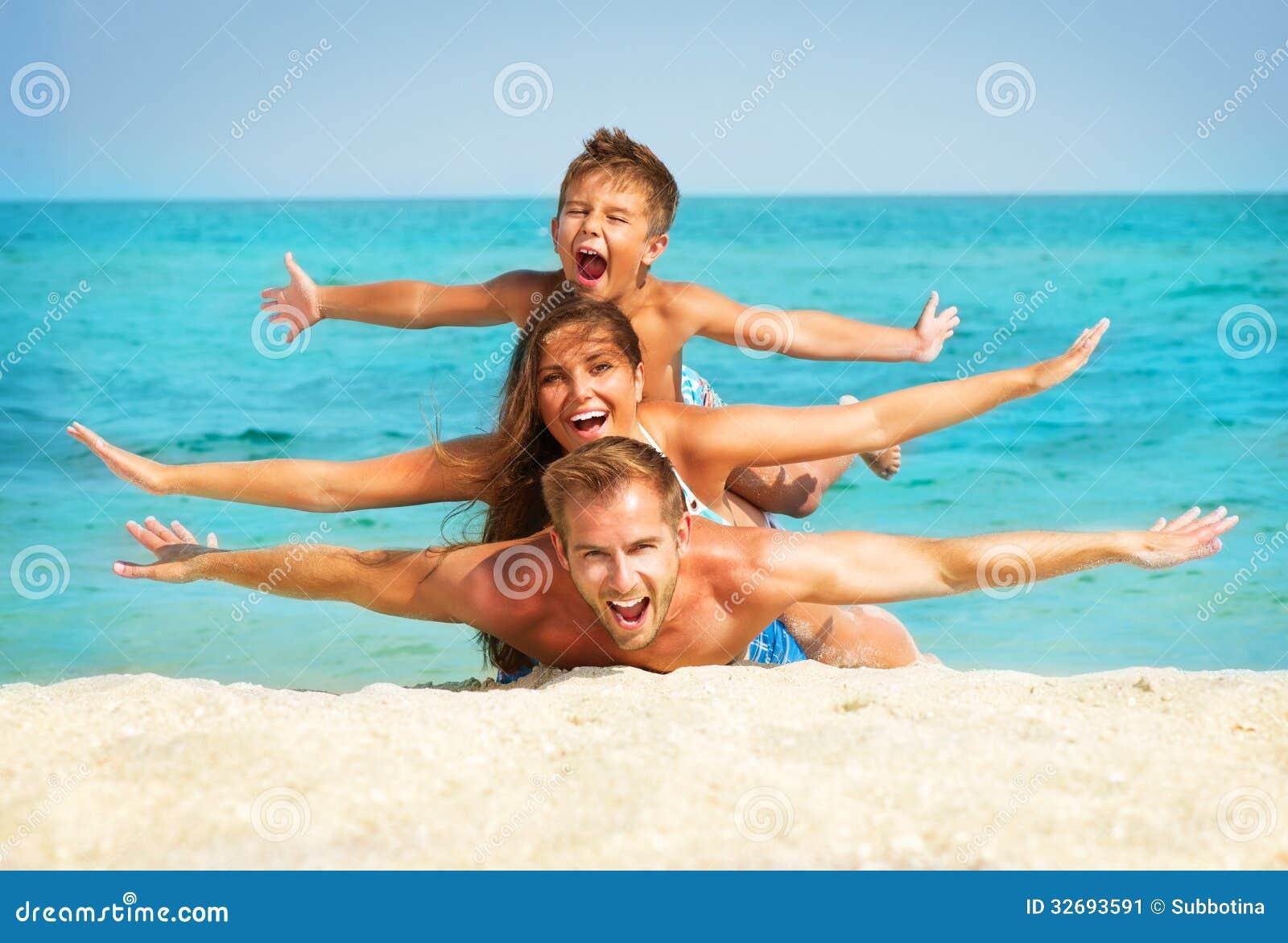 Rodzina z małym dzieckiem przy plażą