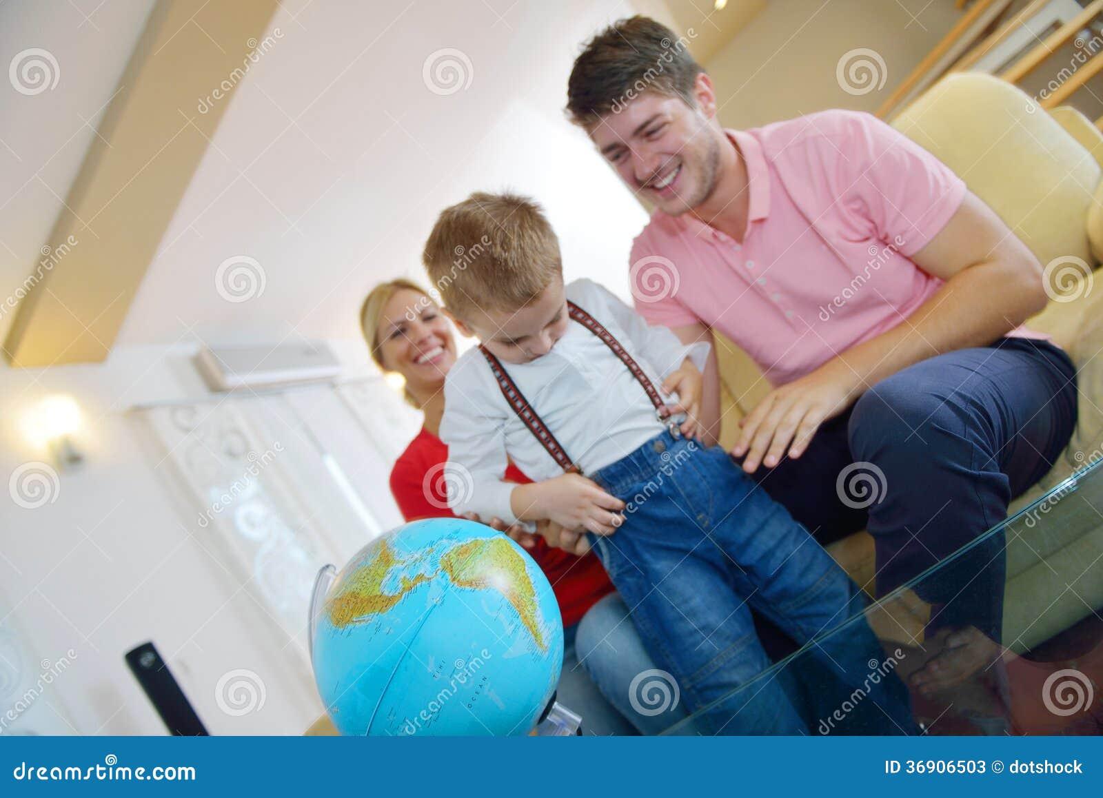 Rodzina zabawę z kulą ziemską