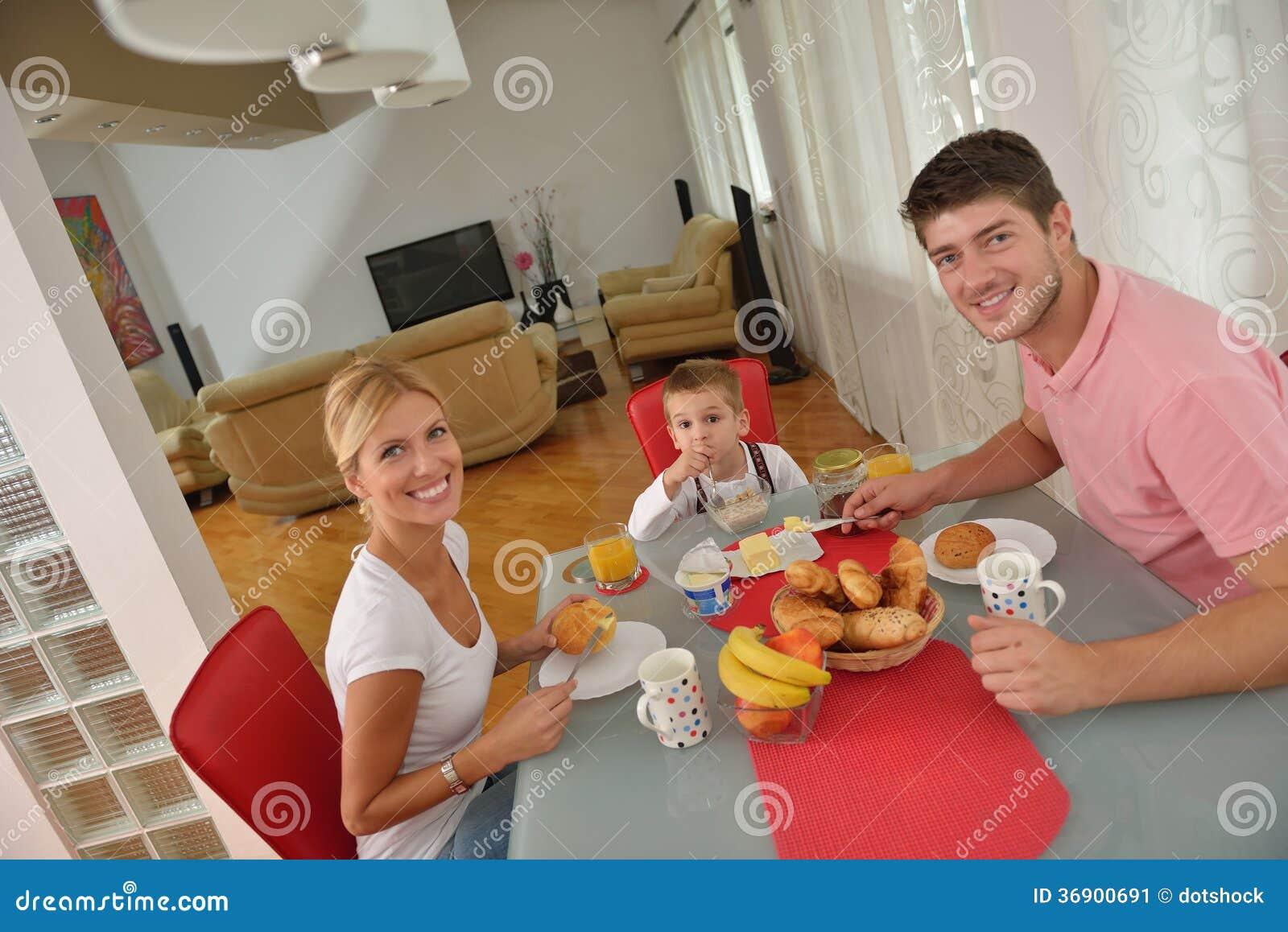 Rodzina zdrowego śniadanie w domu