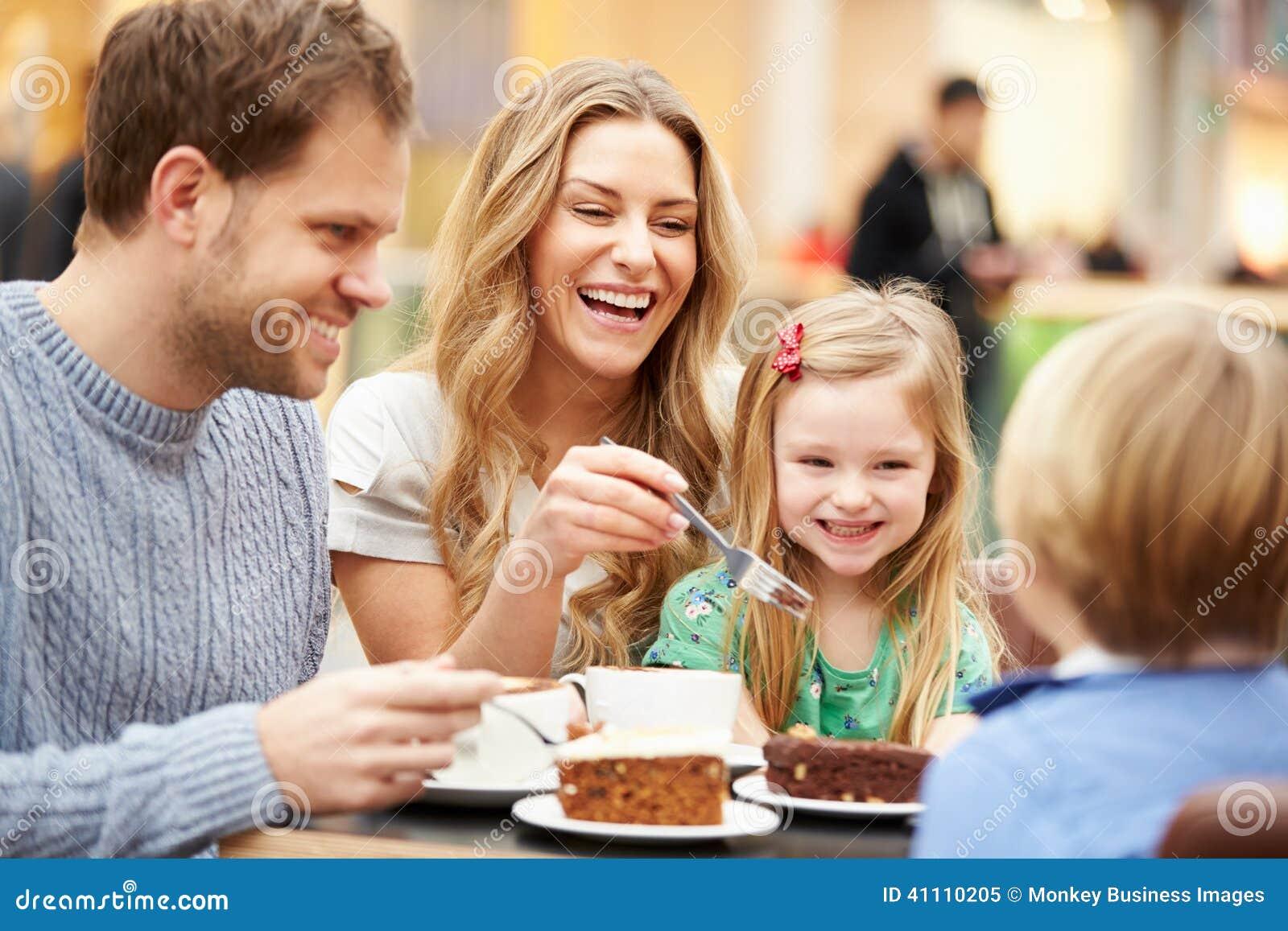 Rodzinna Cieszy się przekąska W kawiarni Wpólnie
